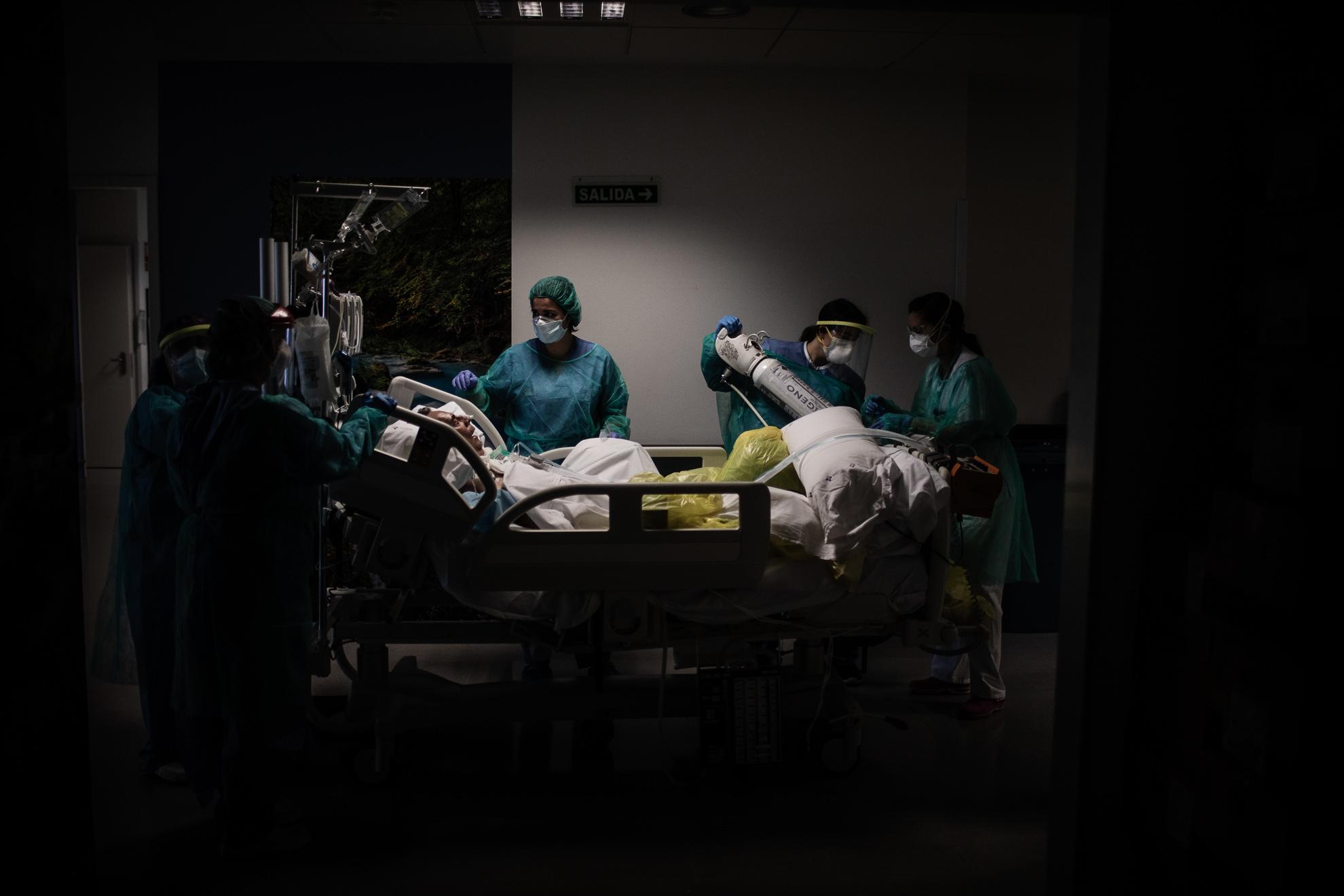 Personal sanitario del Hospital Universitario Central de Asturias (HUCA) durante un traslado de pacientes COVID-19 entre unidades UCI. Oviedo, Asturias, España. 14 mayo, 2020.