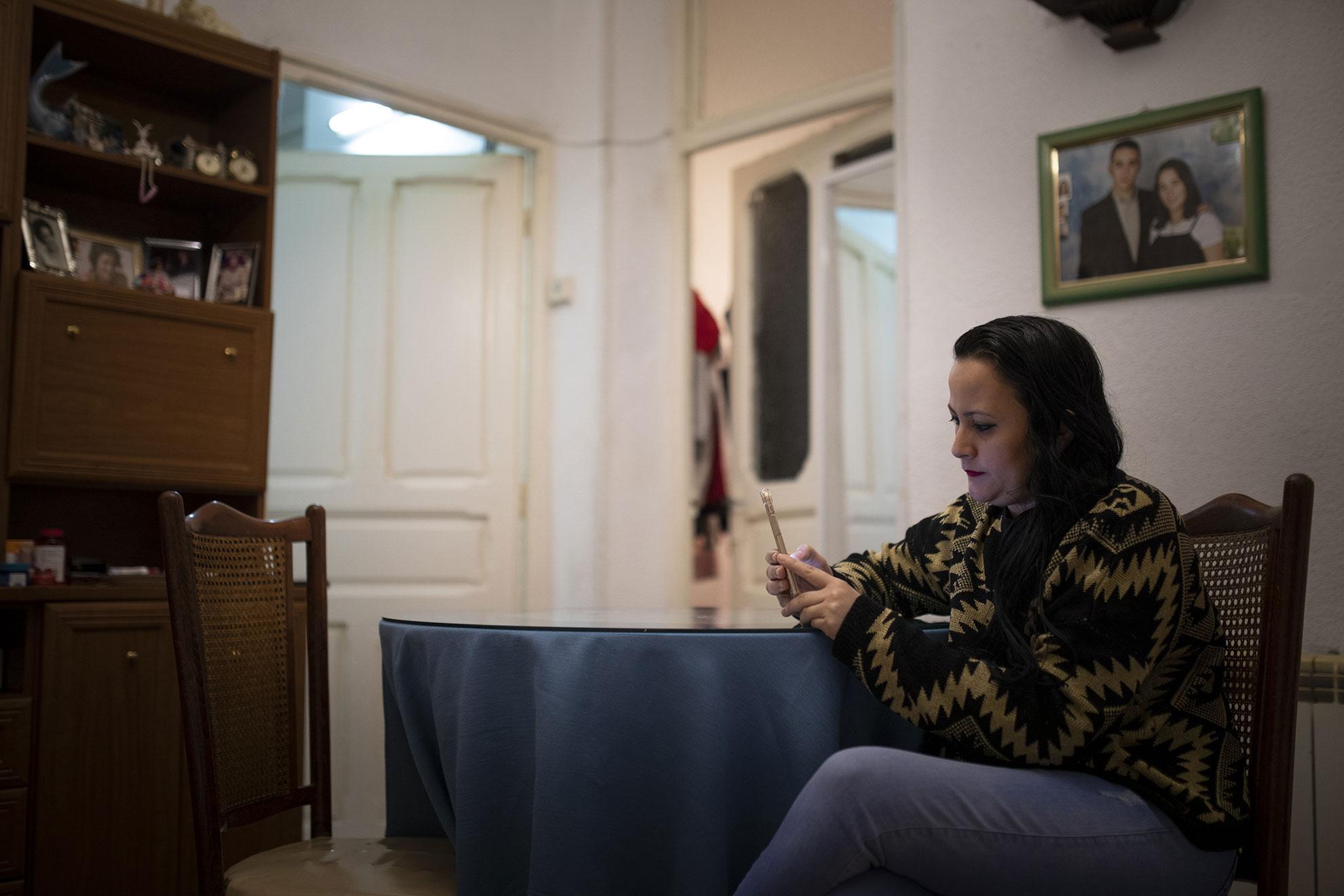"""Rosa (32) es de Honduras. Lleva tres años en Madrid dedicada al cuidado de personas mayores. Hace unos días, murió la anciana que cuidaba y con la que vivía en el barrio de Lavapiés, Pilar (96). Ella decidió velarla, en soledad, durante las 24 horas que tardó en llegar la funeraria (desbordada estos días por los efectos del Covid-19). Siguió las tradiciones de su país: cubriéndola con una sábana, le puso una vela y un rosario, y permaneció despierta toda la noche, rezando por ella. """"Era muy buena y ahora sólo me siento triste"""", reconoce, pero ya ha empezado a buscar otro empleo """"porque el tiempo pasa rápido y los ahorros no dan para mucho"""". No son buenos tiempos para buscar trabajo en Madrid. En ninguna parte. Pero tiene una hija en su país, Brittany (11) y tiene que seguir adelante por ella."""