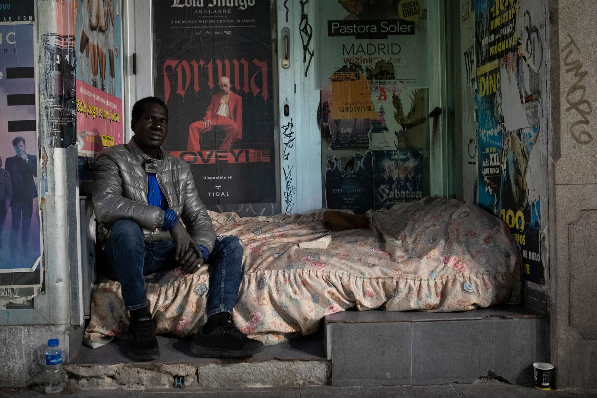 Ibrahim (42) es de Gambia. Allí se ganaba la vida cosiendo ropa, pero decidió venir a España en 1995. Al principio le fue todo muy bien: conoció a una mujer de la que se enamoró y tuvieron dos hijos, pero la relación entre ellos acabó mal, y se quedó en la calle hace dos años. No ve a sus hijos desde entonces, y eso es lo que más dolor le causa, más aún que el hecho de no conseguir comida a diario. Con la movilidad restringida por el Estado de Alarma, no hay gente por las calles que le pueda dar algo para llevarse a la boca, y si su situación ya era mala, ahora es desesperada. Cada mañana va a los baños públicos de Embajadores, para poder ducharse y hacer sus necesidades (una vez al día); pero no quiere ir al espacio que el Ayuntamiento de Madrid ha habilitado en Ifema para personas sin hogar, porque tiene miedo a contagiarse de Covid-19 en un sitio con tanta gente junta. Sólo quiere un trabajo, para volver a tener un techo, y luchar por recuperar a sus hijos. Su tono de voz está cargado de dignidad y aplomo, a pesar de la situación, y también de humildad, para aceptar cualquier ayuda que le ofrezcan.