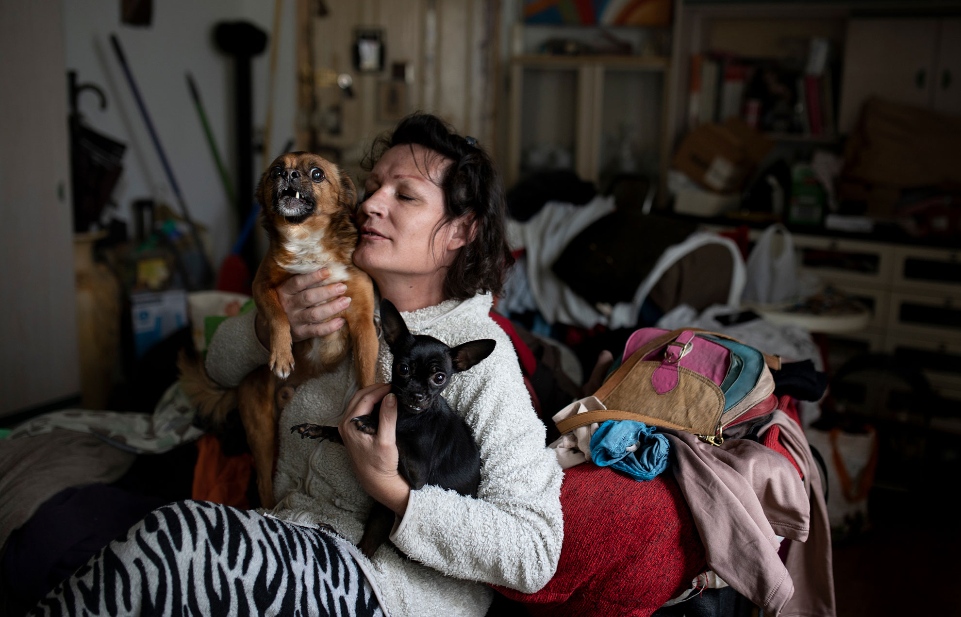 """Raquel (45) es madrileña. Cuando era hombre trabajaba en la construcción, operando grúas y máquinas excavadoras en la empresa de su padre. Pero tuvo que dejarlo. """"Cuando era gay él lo aceptaba sin problema, pero que me hiciera mujer no supo encajarlo"""". Cuando dejó la obra, se hizo tabernera. Durante el confinamiento, el Covid-19 se llevó a su mejor amiga, de 46 años, y ella se hundió en una profunda depresión. """"Cuando se me pasó la sensación de impotencia por no poder ir al funeral y no poder despedirme, me dio por limpiar todo. Y eso hago desde entonces"""". Vive en Lavapiés con sus perros Coqui y Chispita. Y echa mucho de menos a su madre, que está en el pueblo. También a su padre, que ya ha aceptado que Raquel es una mujer, a pesar de que él le eligió el nombre de Remo cuando nació."""