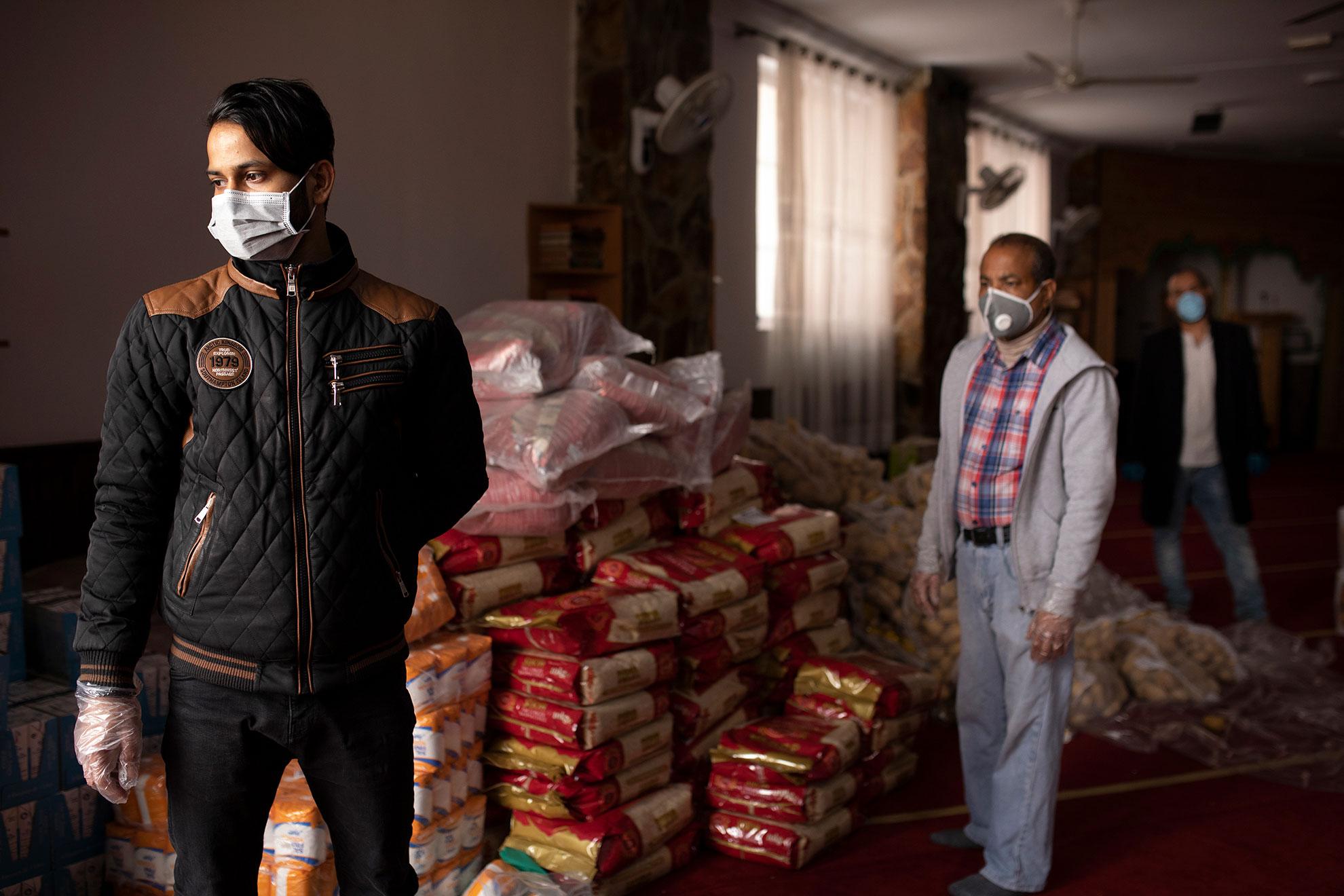 Aunque las mezquitas están cerradas al culto por el Covid-19, la red de apoyo a sus feligreses no ha cesado. En el barrio de Lavapiés, 30 voluntarios de la asociación Valiente Bangla se han organizado en torno a la mezquita de la calle Provisiones para repartir alimentos entre los miembros de la comunidad que más lo necesitan. El sistema de trabajo, ahora que hay que evitar al máximo los contactos, es muy riguroso: los voluntarios preparan cestas con arroz, lentejas, aceite, huevos y otros productos básicos, y el día del reparto las van depositando a la puerta, donde acuden las personas que lo han solicitado previamente. La solidaridad se abre paso frente al distanciamiento social impuesto.