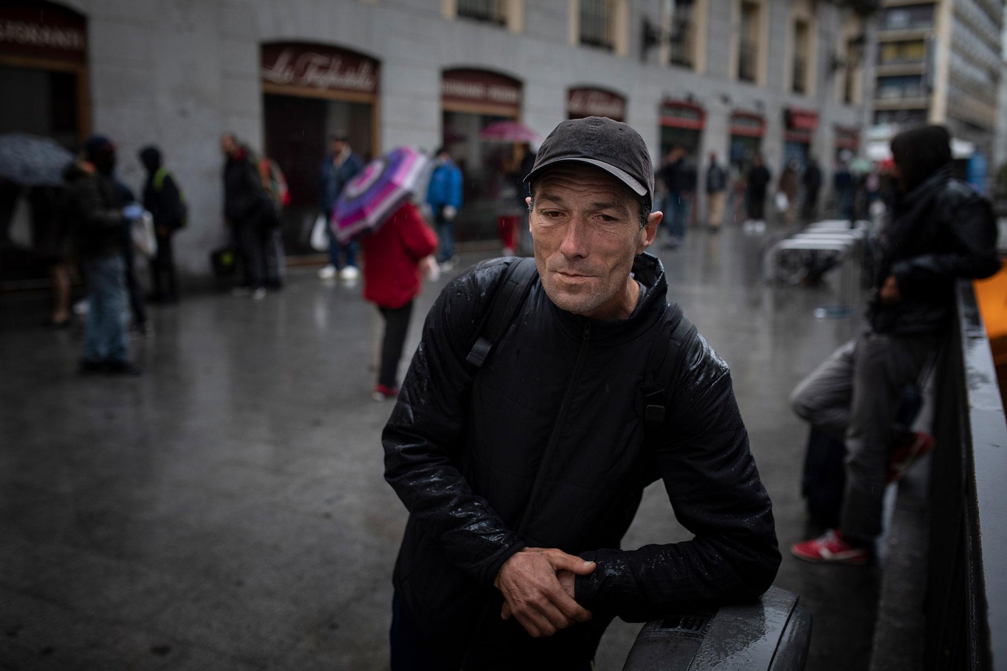 André (45) es de Rumanía. Carpintero de profesión, lleva 21 años viviendo en España. Hace unos meses le echaron de su casa por no poder pagar el alquiler, y el confinamiento le pilló viviendo en la calle. Pernocta cerca de Atocha, y por las mañanas va al comedor social que hay cerca de los Cines Ideal para poder desayunar. Hace seis años, él trabajaba como voluntario en uno de estos comedores, gestionado por Cáritas en el barrio de O'Donnell. Ironías de la vida. Se queda en silencio al preguntarle a quién echa más de menos estos días… André no tiene familia, es viudo y sus padres ya fallecieron. Ahora espera que el Covid-19 deje de paralizar nuestras vidas, para buscar de nuevo un trabajo.