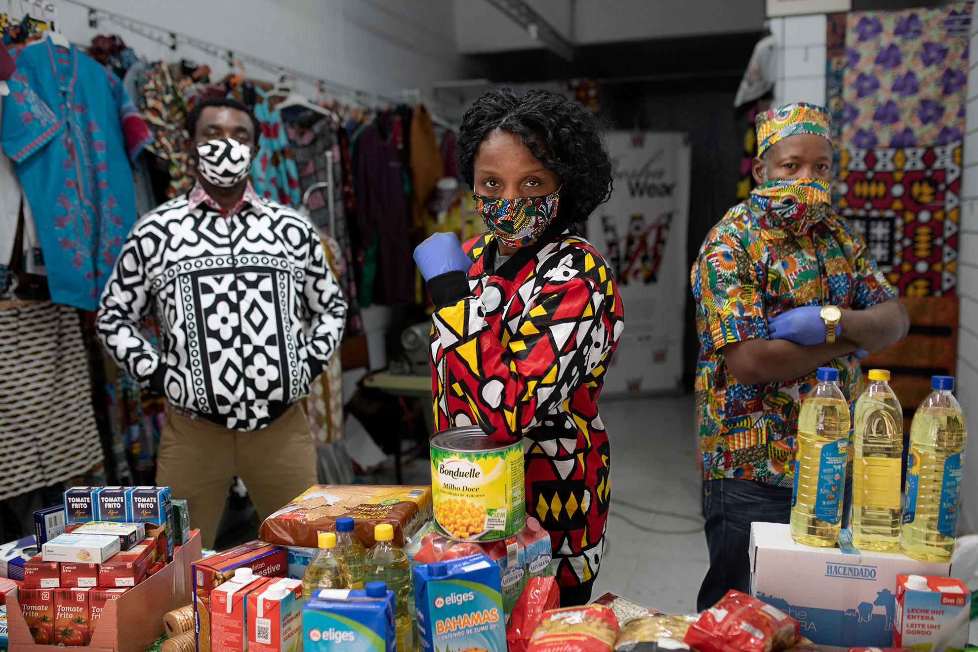 """Besha (35) es del Congo y llegó a España en 2007, Husmann (65) es guineano y lleva 20 años en Madrid, y Steve (32) es de Camerún y llegó hace dos años. Los tres son voluntarios en distintas asociaciones y reparten comida, en el barrio de Lavapiés, a quienes la necesitan. Ya lo hacían antes de la pandemia, pero ahora más. No distinguen entre nacionalidades, no importa si son migrantes o españoles. Si no tienen comida, ellos se la dan. Besha dice que es voluntaria desde que nació, que ayudar a la gente es una vocación. """"No es sólo ayudar con dinero, también dando apoyo, autoestima, lo que tú tengas"""", explica. No le da miedo arriesgarse estos días a contagiarse con el Covid-19. Husmann sí reconoce tener miedo del virus, pero dice que también hay personas muriendo de hambre, y esta ayuda es necesaria. Steve coincide, """"¿si todo el mundo tuviera miedo de su salud, quién iba a ayuda?"""