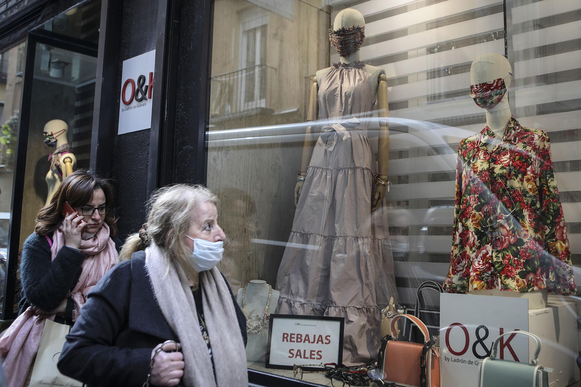 Antes de que nos tomáramos en serio el alcance de la epidemia de coronavirus en España, usar mascarilla por la calle parecía una moda banal y pasajera que incluso podíamos combinar con el estampado de la camisa. Solo unos días después se decretó el estado de alarma, el cierre de comercios y se restringió la libre circulación de personas en las calles. Un trozo de tela por muy estampada que fuese no podía detener al Covid-19.