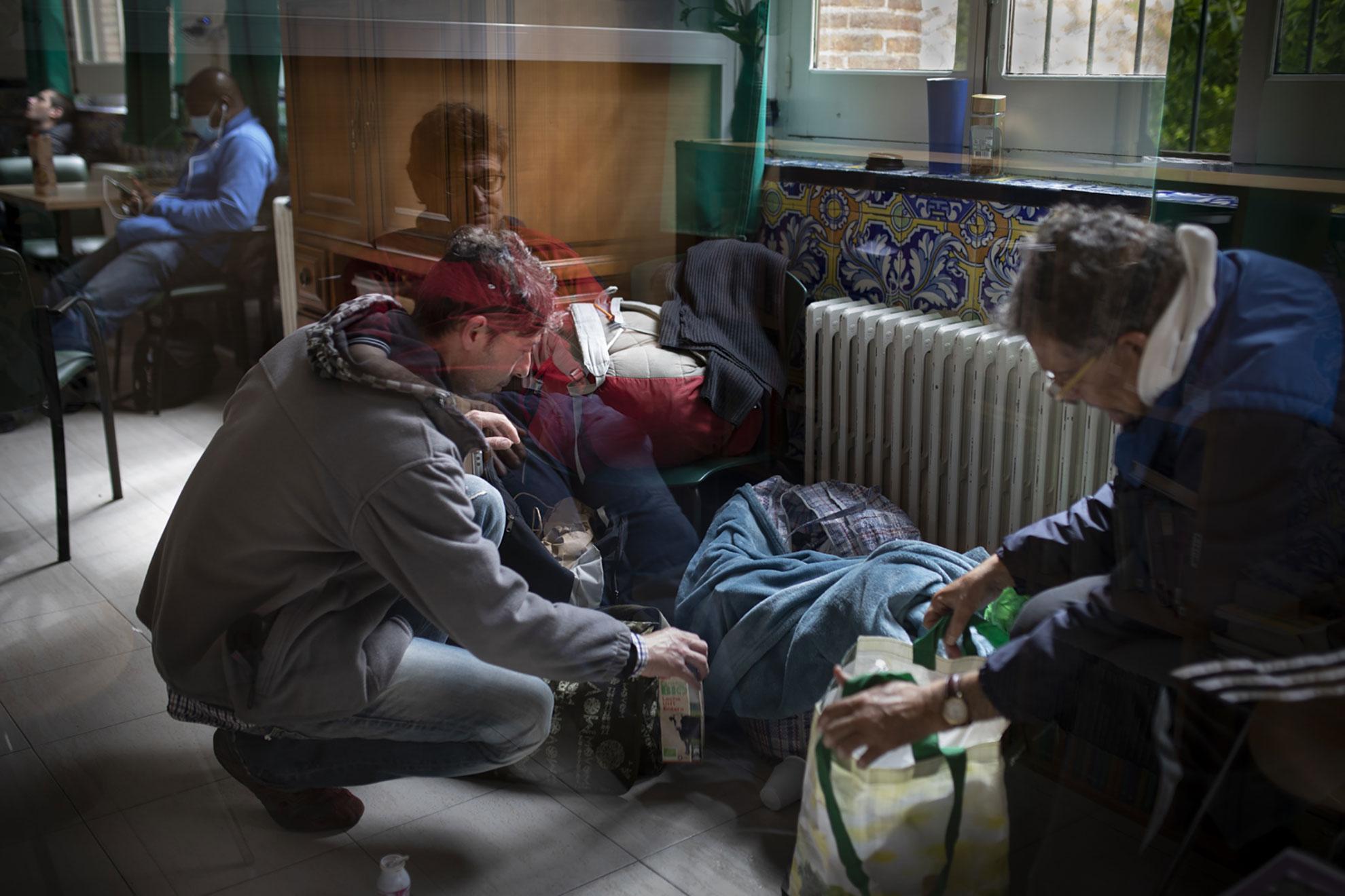 """¿Cómo quedarse confinado en casa cuando no tienes en casa? Esta es la realidad de muchas personas sin hogar que han visto como el Covid-19 ha trastocado aún más sus vidas, ya de por sí tremendamente duras. Algunos han conseguido plaza en el centro de día Luz Casanova, donde tienen acceso a duchas, lavandería y comida, y también pueden hablar con un psicólogo si lo necesitan.""""La pandemia ha visibilizado una bolsa de pobreza que había en Madrid, de personas en situaciones precarias, pero que subsistían, y que ahora no pueden"""", explica Antonio, su encargado. """"Pensamos que, cuando todo pase, habrá más demanda de ayuda, no sólo de comida y vivienda, también cubrir necesidades de escucha: todos vamos a necesitar ayuda para superar nuestro encierro, la distancia social, los duelos o la pérdida de trabajo""""."""