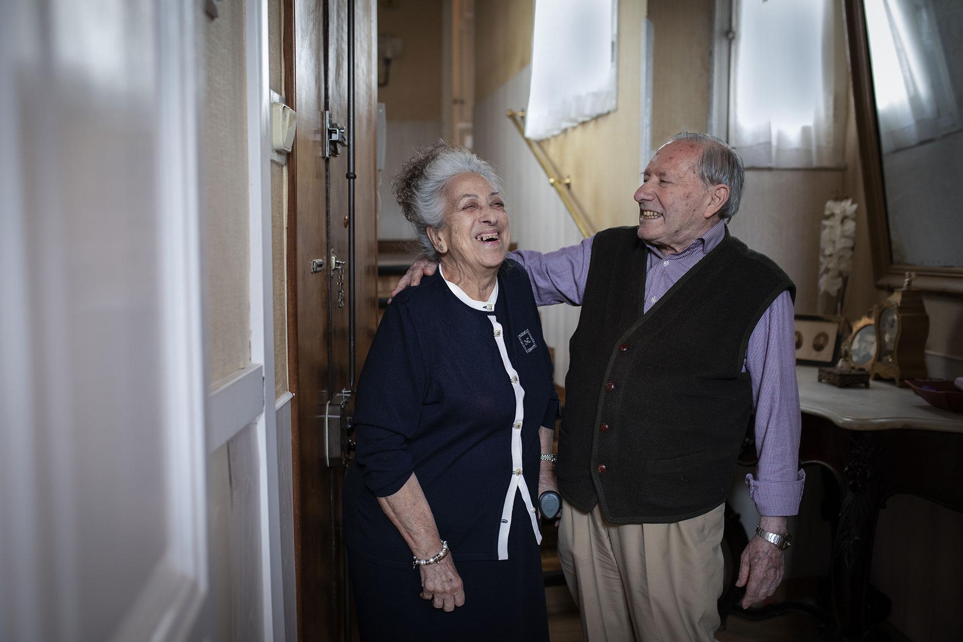 """María Luisa (83) y Ramón (83) estaban destinados a pasar la vida juntos. Los dos nacieron casi al a la vez, en el mismo bloque donde siguen viviendo hoy. A ella la parieron en el sótano para esquivar las bombas que caian en Madrid en 1937, en plena guerra civil.En este edificio cercano al congreso, crecieron ambos. Ella se enamoró de un artista, se casó y tuvo 4 hijos. Ramón estuvo enamorado de Maria Luisa toda su vida y cuando enviudaron, el reencuentro fue inevitable.""""Me enrollé con el hace 17 años""""explica María Luisa con las mismas palabras que usaría una adolescente.Dicen que no llevan mal esta situación de confinamiento, que hay que conformarse, y que si alguien se aburrees porque tiene pocas perspectivas culturalesy no se les ocurre ponerse a leer o escuchar música.Ellos lo hacen a diario y viendo sus sonrisas parece ser un buen remedio contra la tristeza que causa el Covid-19."""
