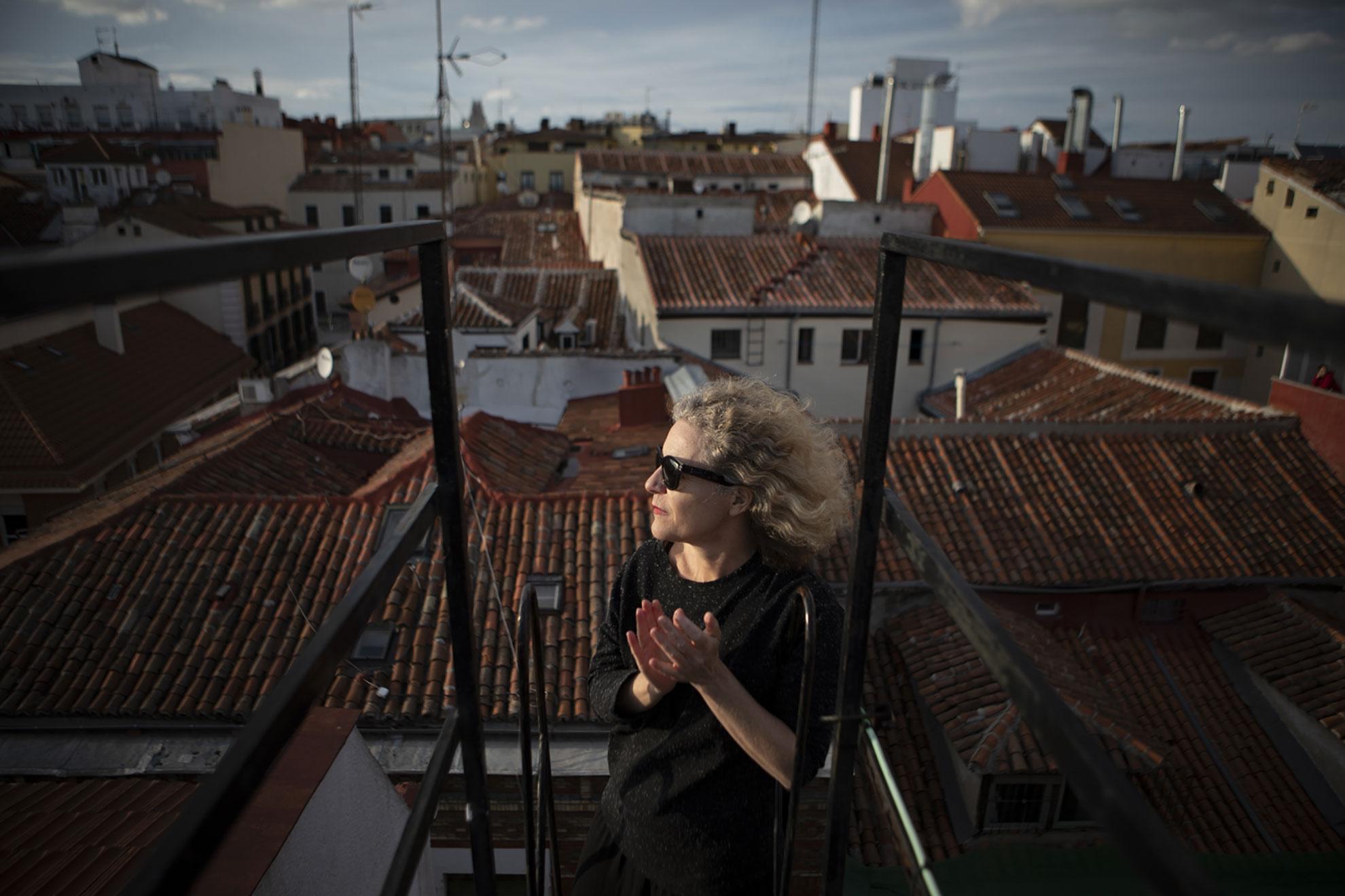 """María (49) nació en Madrid, como sus padres y sus abuelos. Es investigadora en temas de arte y educación, y trabaja en el museo Reina Sofía, ahora desde casa. Vive con sus hijas en el barrio de Lavapiés, con ellas ha establecido horarios para que sigan con sus tareas escolares y estar lo mejor posible a nivel psicológico. Y juntas han reflexionado sobre muchas cosas. """"El Covid-19 nos está obligando a repensar todas las cuestiones sociales, los tiempos, y los trabajos. Hemos hecho un parón con el modelo capitalista, y eso puede estar bien, pero luego qué"""", se pregunta. """"Yo veo que mis hijas ahora con tres horas al día resuelven sus materias, al trabajar de forma individualizada y activa, mientras en la escuela le dedicarían ocho… Creo que es una cuestión que merece atención: ¿pasan todo ese tiempo en el colegio por un tema de aprendizaje o de custodia?""""."""