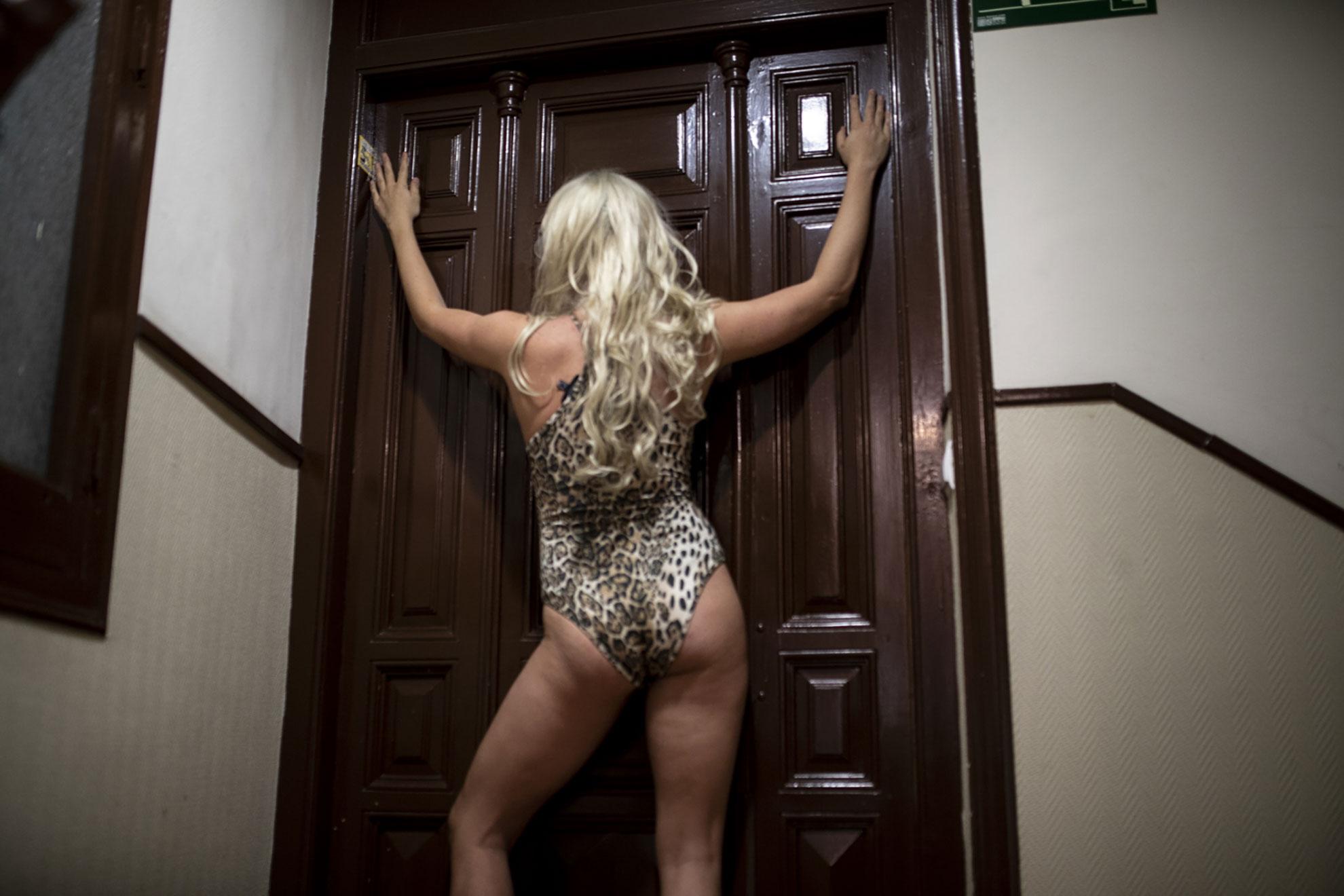 """Shakira suena a lo lejos, el ritmo sube desde el bajo izquierda. Después de los aplausos de las ocho, la música inunda las calles de Lavapiés. Desde que se decretó el Estado de Alarma por el Covid-19, los vecinos de Olmo 33 han llevado a casa de Victor y Xevi sus CD's favoritos, y ellos se encargan de pincharlos. Los viernes, los discos dan paso las copas, a las risas detrás de las puertas, una explosión de vida para escapar de los 40 días de confinamiento que ya van pesando en los cuerpos y en las mentes. Suena el móvil, un mensaje de Whatsapp dice: """"Asómate al descansillo de la escalera, tenemos una sorpresa""""."""