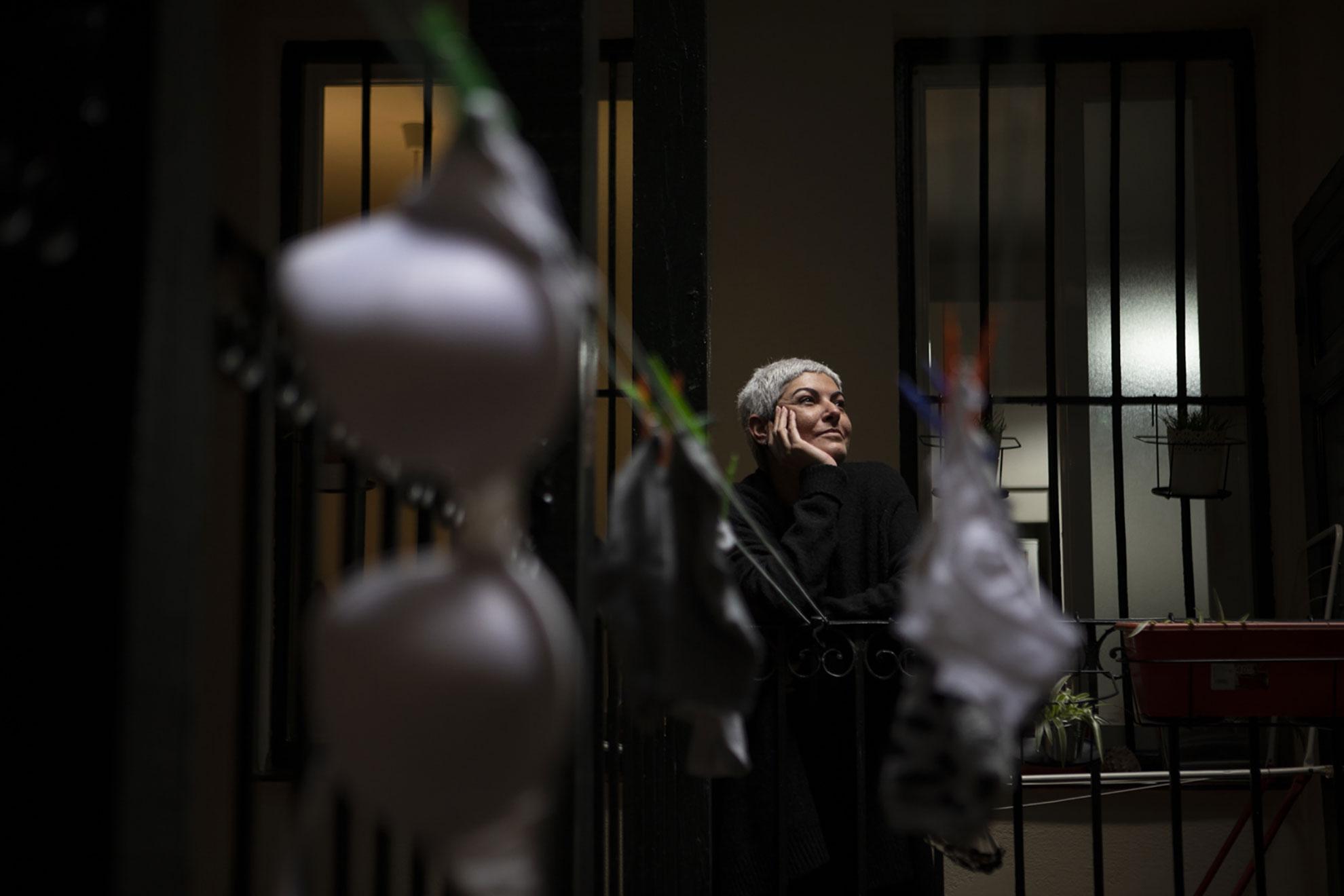 """Patricia (43) perdió su trabajo cuando decretaron el Estado de Alarma por el Covid-19. Ella es canaria, vino a vivir a Madrid en 2015 y trabajaba en la hostelería desde entonces. El confinamiento le está sirviendo para pensar mucho en su futuro laboral. Se está replanteando volver a su profesión (estudió Criminología), pero todo es muy incierto a día de hoy. Por suerte, su casera es una de esas personas que hacen que el mundo sea un poco más amable, y le ha rebajado el alquiler a la mitad hasta agosto. Para que pueda recomponer su situación. Tener a la familia lejos es lo más duro para ella, pero ver a los niños por la calle estos días le ha dado subidón: """"ya se ve la luz al final del túnel"""", dice con su acento dulce, cargado de esperanza."""