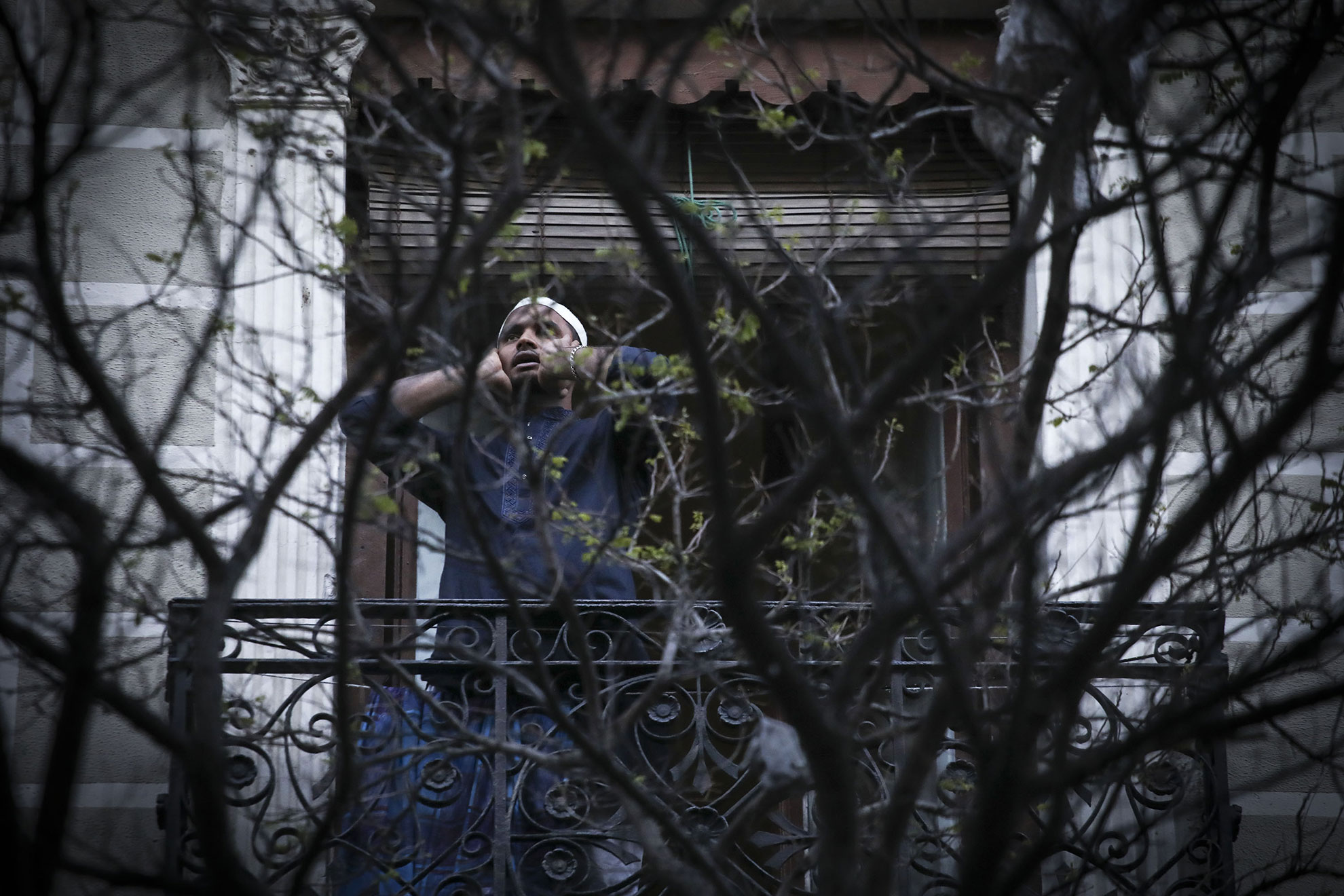 """Cada tarde, al caer el sol, una parte de los balcones de Lavapiés se llena de aplausos en forma de plegarias. Son los rezos de la comunidad islámica, que desde el pasado 20 de Marzo se asoma a la calle para rendir su propio homenaje a todos los que están luchando contra el Covid-19. Este barrio es uno de los que cuenta con mas mezquitas en Madrid, un total de seis. Y desde una de estas mezquitas, la que esta situada en la calle Magdalena, se ha instado a los fieles a salir a sus balcones o ventanas en la llamada a la última oración del día, porque """" las muestras de afecto y reconocimiento no tienen bandera, ni religión, ni cultura"""" Además proponen el hashtag #JuntosSaldremos to send strength and energy also through the networks."""