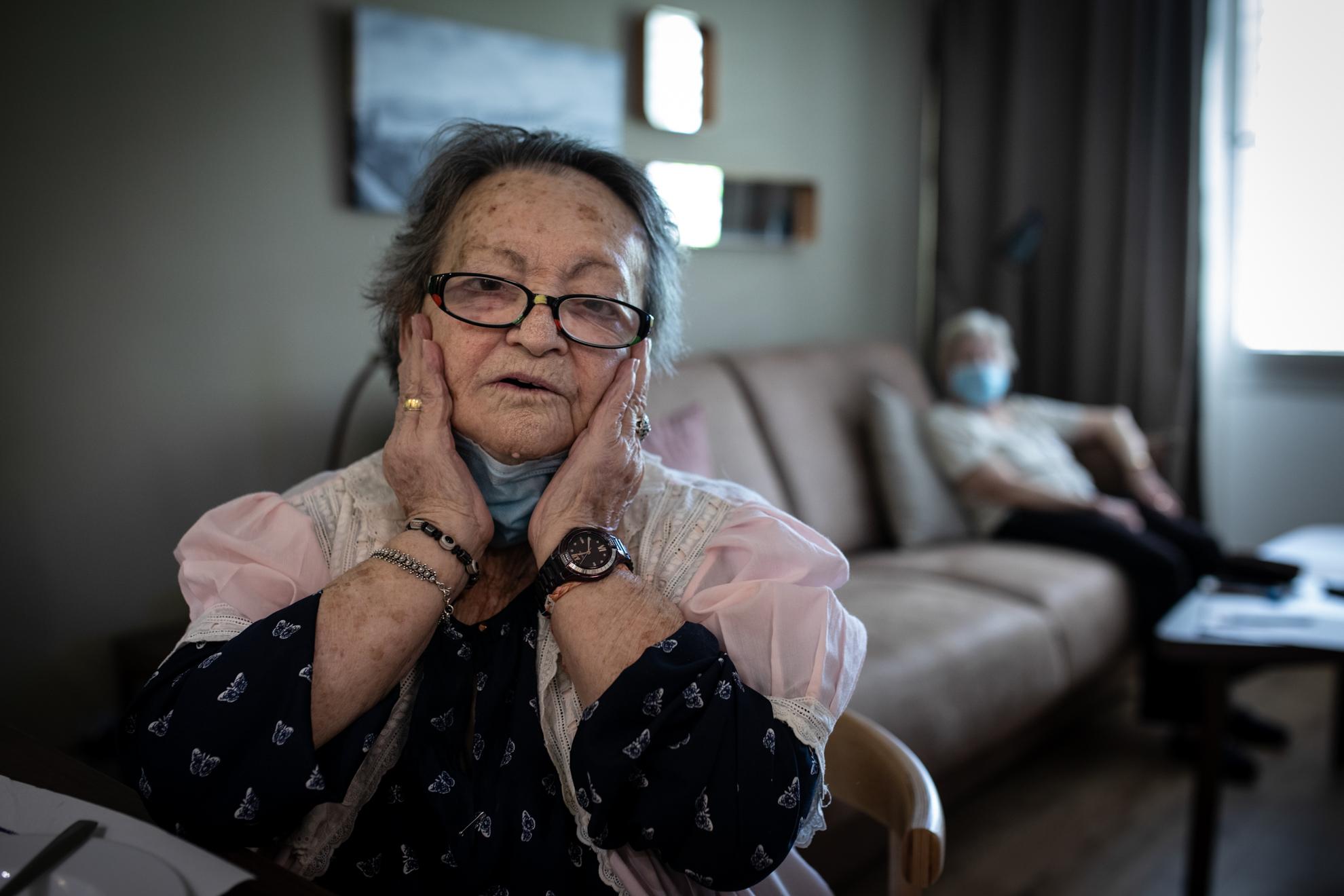 """""""He llorado muchísimo"""", dice Use. No le gusta nada que le llamen Eusebia, y quiere que pongamos que tiene 18 años. Desde luego su voz transmite la energía de una adolescente. Nació en Cáceres, pero lleva 60 años viviendo en Madrid. Tuvo cuatro hijos, uno murió. Pero llegaron a su vida ocho nietos y un bisnieto. Ahora está en el hotel Eurobuilding 2 que el Ayuntamiento ha habilitado con la ayuda de Madrid Salud para personas mayores que viven solas, y tienen dificultad para valerse sin ayuda. """"Al principio venía una asistente para ayudarme a bañar y hacer la comida, majísimas eran, pero yo sola en casa… han sido días muy duros"""", reconoce. Ahora está atendida las 24 horas. Colorea mandalas para entretenerse y habla con sus nuevas amigas del hotel. Ya no llora. Y seguro que su alegría contagiosa ayuda disipar la tristeza que ha sembrado el Covid-19."""