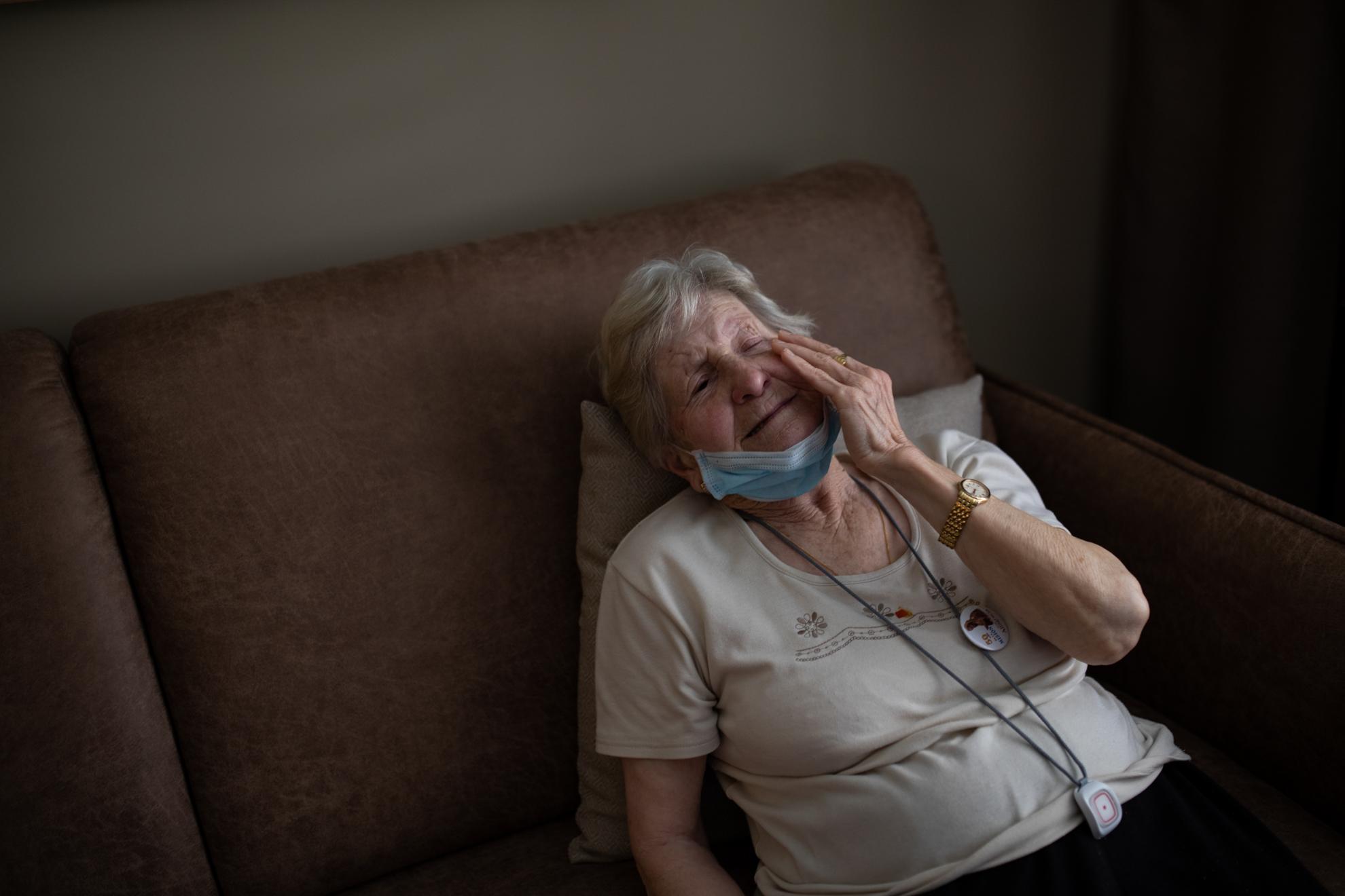 Concepción (85) es cordobesa, pero lleva más de medio siglo viviendo en Madrid. Ella no tiene familia. Trabajó toda su vida limpiando en una casa, y ahora son los asistentes sociales del Ayuntamiento los que la cuidad a ella. Debido al Covid-19, esta asistencia se vio interrumpida, pero le ofrecieron una solución para que pudiera estar atendida: que se trasladase a un hotel de apartamentos en el centro de la ciudad (el Eurobuilding 2), transformado ahora en residencia para personas mayores, donde les dan también la atención sanitaria que puedan necesitar. Concepción quiere volver pronto a su casa, y salir a la calle a comprar el pan como cada día. Pero hasta que la situación se lo permita, este hotel para mayores parece un lugar más humano y seguro que algunas residencias que han protagonizado las crónicas más negras durante el estado de alarma que nos ha tocado vivir.