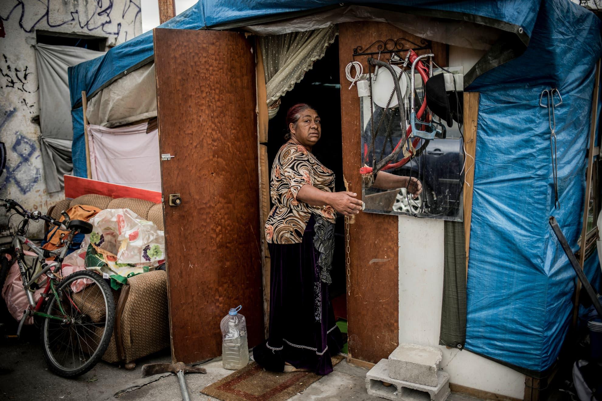 Felicia Vanjo es de Rumania y tiene 55 años. En estos días de estado de alarma le impide salir a recoger chatarra o mendigar, por lo que no puede obtener comida o la medicación que necesita. Vive junto a otras diez personas de Rumania en una chabola precaria en las afueras del barrio de La Chana, en Granada, España. Sin agua ni electricidad. Es viuda desde hace diez años y no tiene soporte familiar. Hoy ha recibido alimentos, máscaras y guantes desechables, así como información sobre cómo prevenir la infección de COVID-19 de la ONG española Médicos del Mundo, Granada, España, el 16 de abril de 2020.