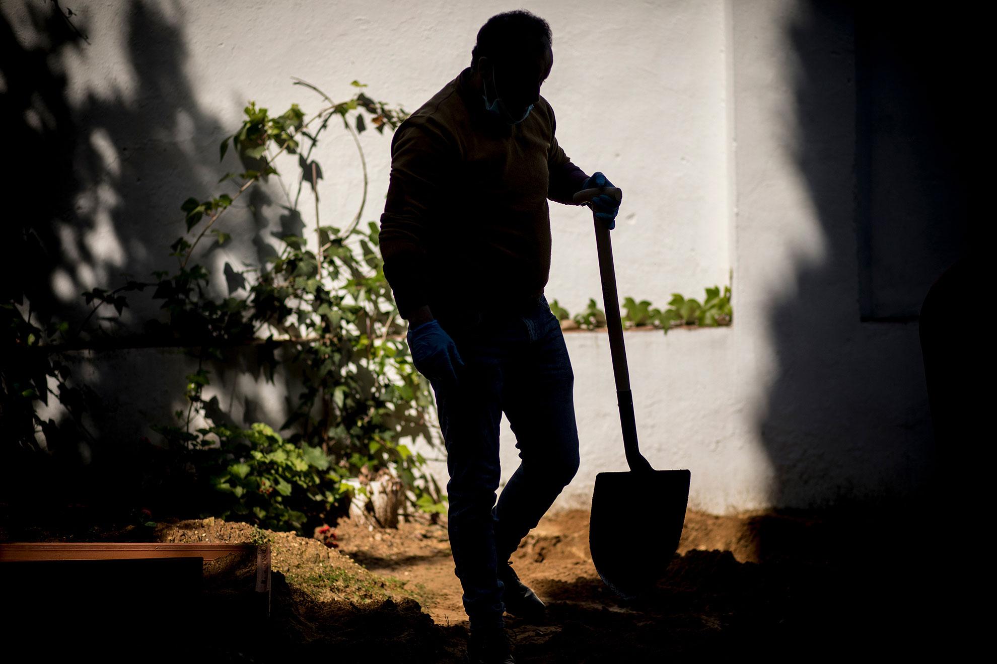 Un allegado a una persona fallecida a causa de complicaciones por la infección del virus COVID-19 termina de enterrar su tumba. El difunto, un varón de 77 años de origen marroquí, falleció en el hospital de Algeciras pero ha sido enterrado en el cementerio de Jerez, ya que dicho camposanto cuenta con el único cementerio musulmán en la provincia de Cádiz. Jerez, 4 de abril, 2020.