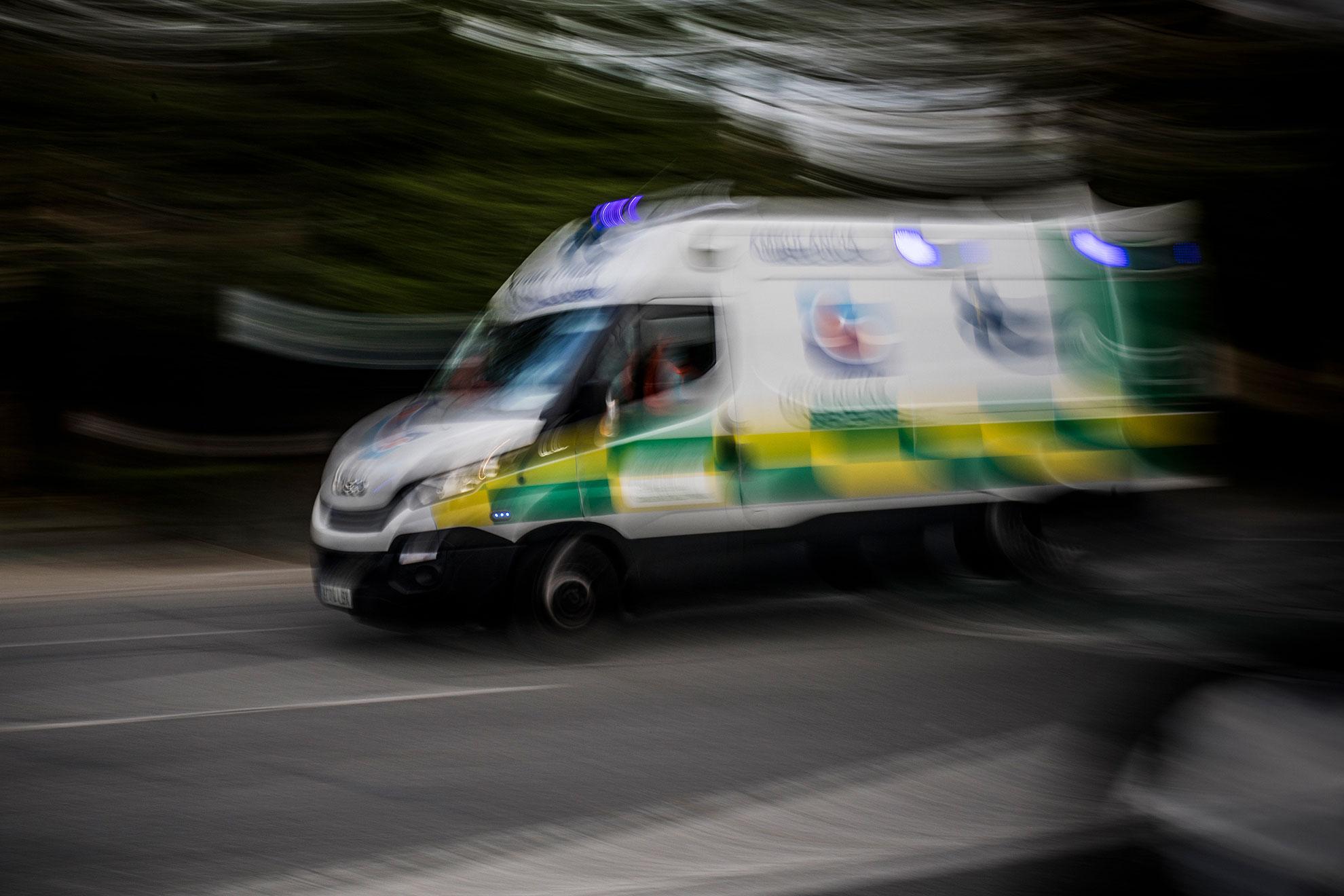 Una ambulancia recorre una avenida de Sevilla a gran velocidad el pasado Domingo de Ramos. Andalucía sumó este día 432 nuevos positivos por coronavirus, lo que supone que la comunidad alcanza los 8.301 casos, siendo el número de muertos por la pandemia vírica de 470 personas.