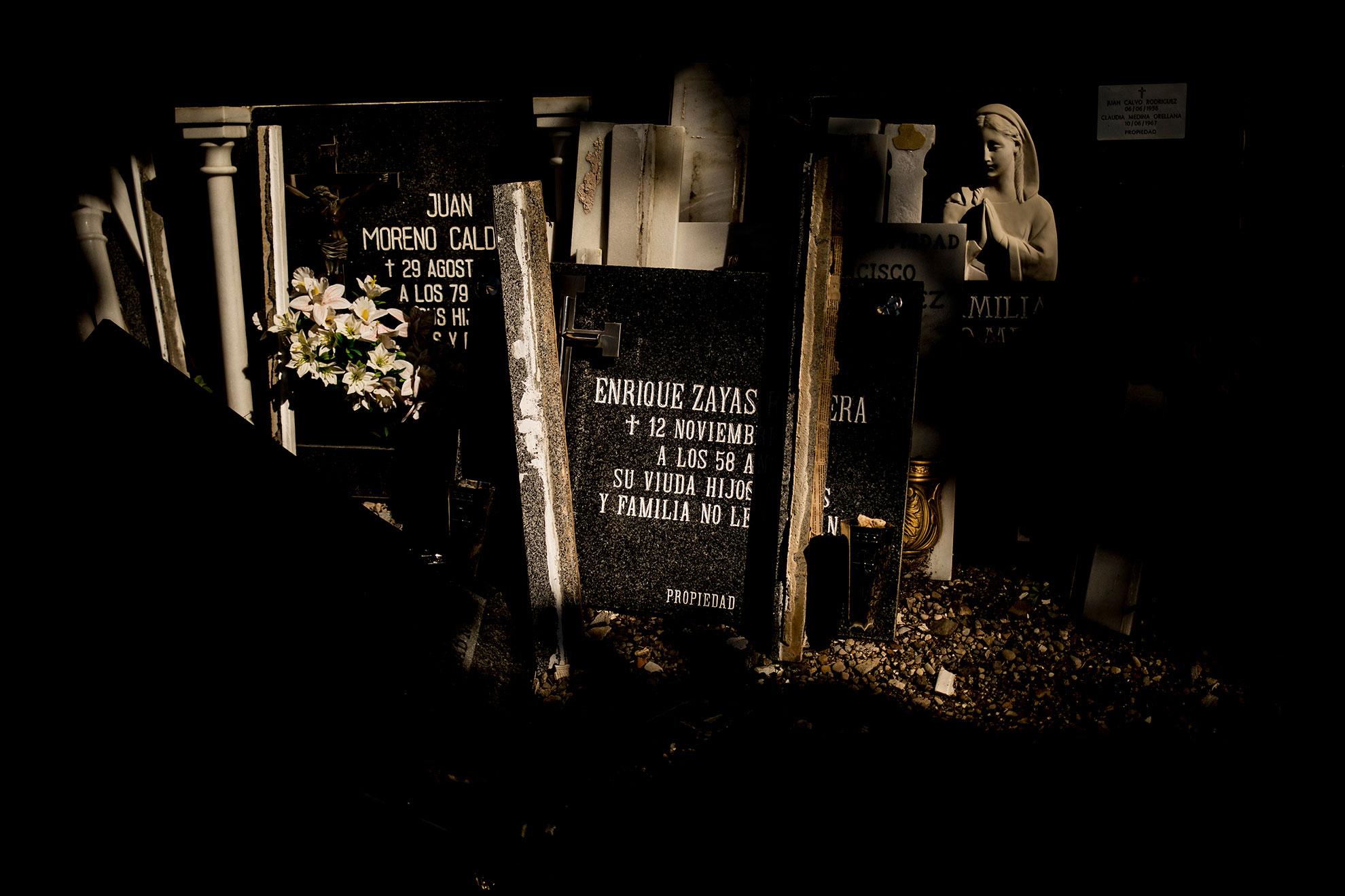 Los casos por coronavirus en España, a punto de cumplirse un mes del estado de alarma, se elevan a 166.019, con un total de 16.972 personas fallecidas. España ostenta el primer puesto europeo en número de contagios y el segundo, tras Italia, en número de muertes producidas por la COVID-19. En la imagen, lápidas retiradas de tumbas y nichos en el cementerio de Jerez, cuyos lugares ocuparán nuevos fallecidos.