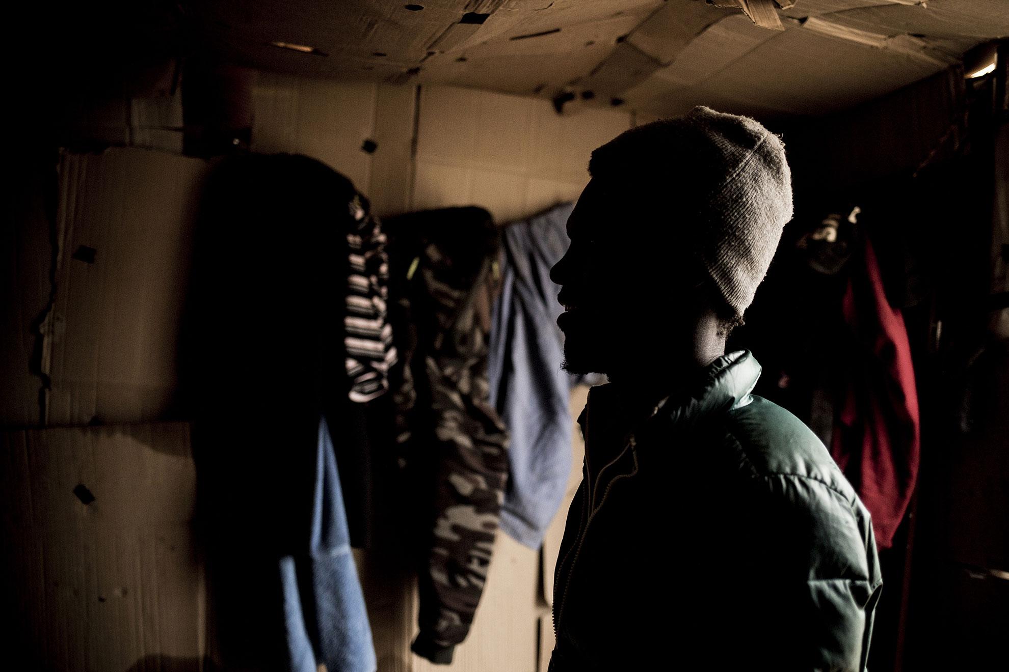 """""""Si llega el coronavirus al asentamiento... Dios dirá: no tenemos agua ni electricidad, dormimos cuatro personas en la misma chabola cada noche"""" dice Baboucar, de 31 años, cuando le pregunto sobe la pandemia de COVID-19. Es de Senegal y vive en un asentamiento chabolista en Lepe, Huelva. Llegó a España hace dos años tras cruzar el Mar de Alborán, Estrecho de Gibraltar, en una patera junto a otras 68 personas, """"La peor experiencia de mi vida, pasé mucho miedo"""", comenta. Fue rescatado por Salvamento Marítimo y llevado a puerto. Hoy en día intenta encontrar trabajo en la recolección de frutos rojos en Lepe """"es muy difícil si no tienes papeles, no te dejan trabajar, necesitamos papeles"""". Vive en una chabola hecha con madera y plástico en un terreno cercano a un polígono industrial. En Senegal era informático, tiene mujer y dos niños, no se plantea regresar ya que todo el esfuerzo y lo que ha vivido hasta ahora habría sido en vano. """"Si tengo papeles y trabajo, entonces todo bien, regreso a Senegal a por mi familia y ayudo a mis padres"""". Se estima que solo en Lepe hay unas 1.400 personas viviendo en estas condiciones, repartidos en 13 asentamientos diseminados por el término municipal."""