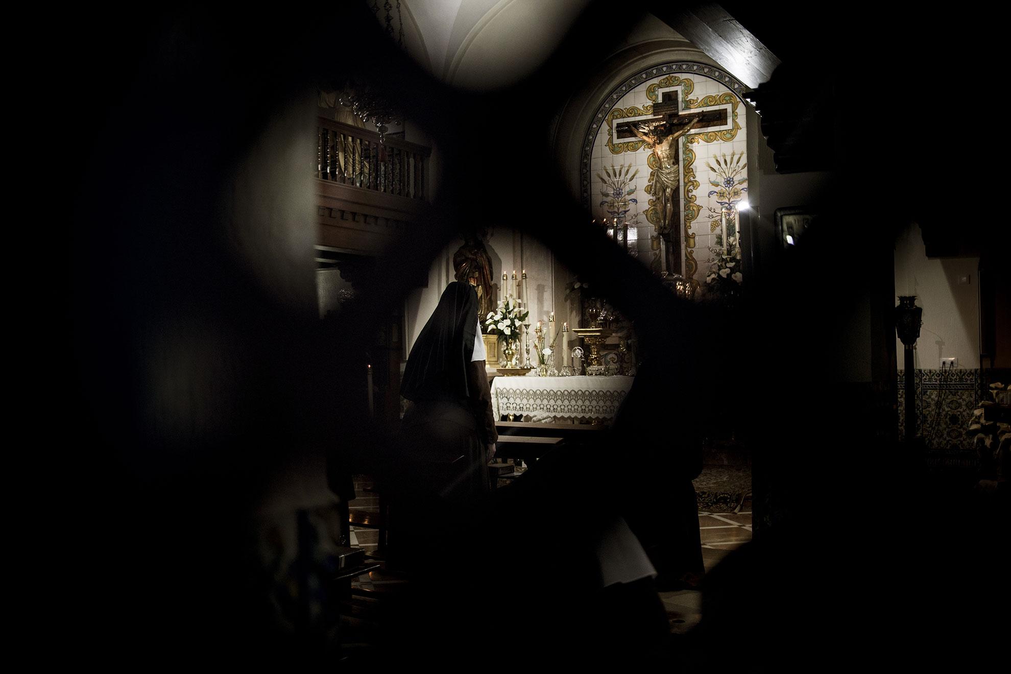 Monjas de clausura rezan durante el sexto día de confinamiento domiciliario declarado por el gobierno a raíz del brote de COVID19. En Jerez, España, el jueves 19 de marzo de 2020 siguen celebrándose misas en diferentes parroquias de la ciudad.