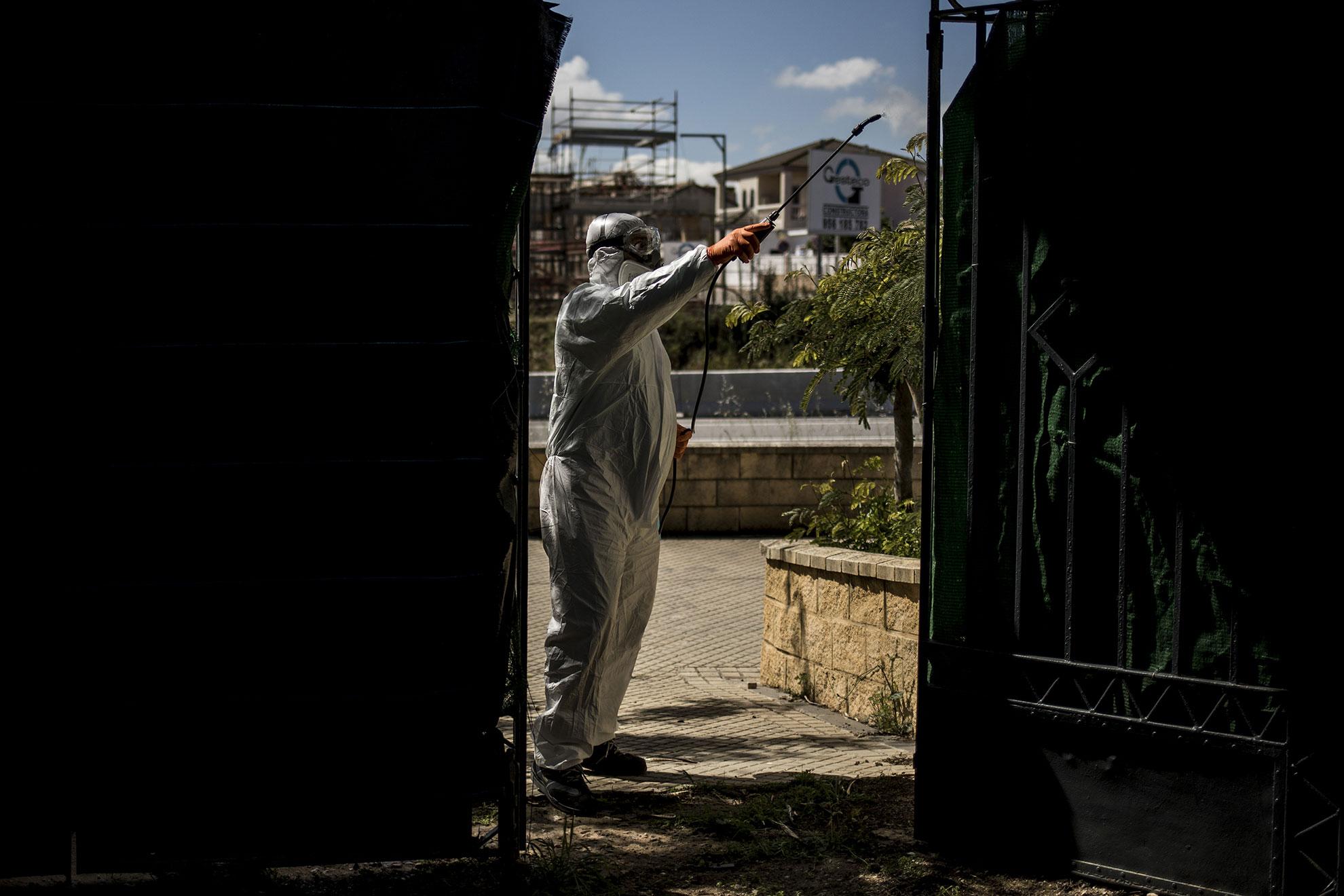 Antonio, de 48 años, trabaja en una pequeña empresa dedicada a la desinfección de lugares públicos y oficinas en Jerez. Desde que comenzó el estado de alarma sale a trabajar temprano y llega de noche, no ha disfrutado de un solo día libre en todo este tiempo.
