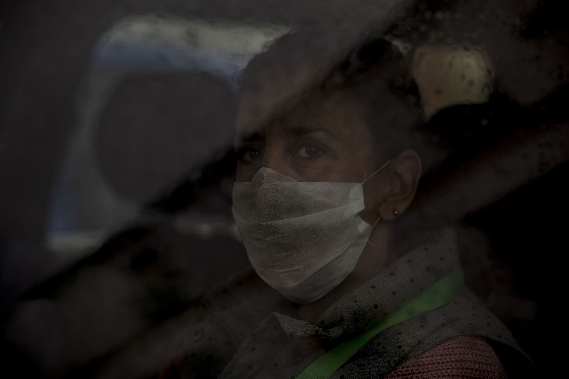 Una mujer lleva una mascarilla en el interior de su vehículo durante el sexto día de confinamiento domiciliario decretado por el gobierno a raíz del brote de COVID19. El ambiente reinante es de suspicacia y miedo mutuos en Jerez, el viernes 20 de marzo de 2020.