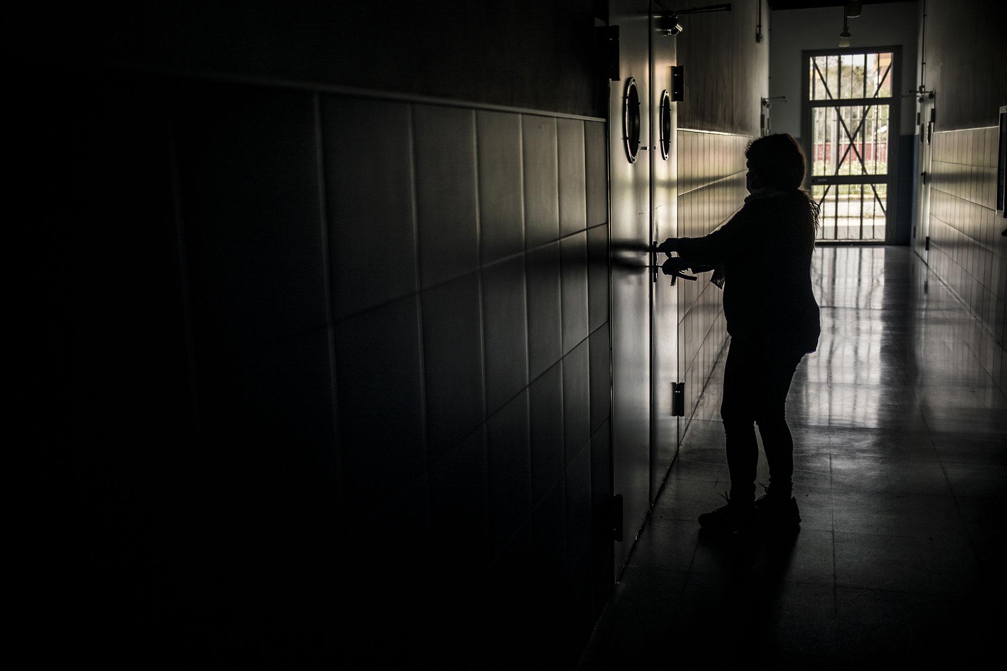 La situación de estado de alarma en la que se encuentra España desde el pasado día 14 de marzo ha supuesto un escollo en el sistema de educación a nivel nacional, ya que ha dejado a unos 10 millones de niños y jóvenes sin la posibilidad ir a clase. Si bien la mayoría de centros educativos se han adaptado a la situación propiciando clases y actividades online, hay discrepancias entre el gobierno central y autonómicos en cuanto a cómo realizar y evaluar el tercer trimestre para los alumnos. En la imagen, una empleada cierra la puerta de un aula en un centro de formación profesional en Sevilla.
