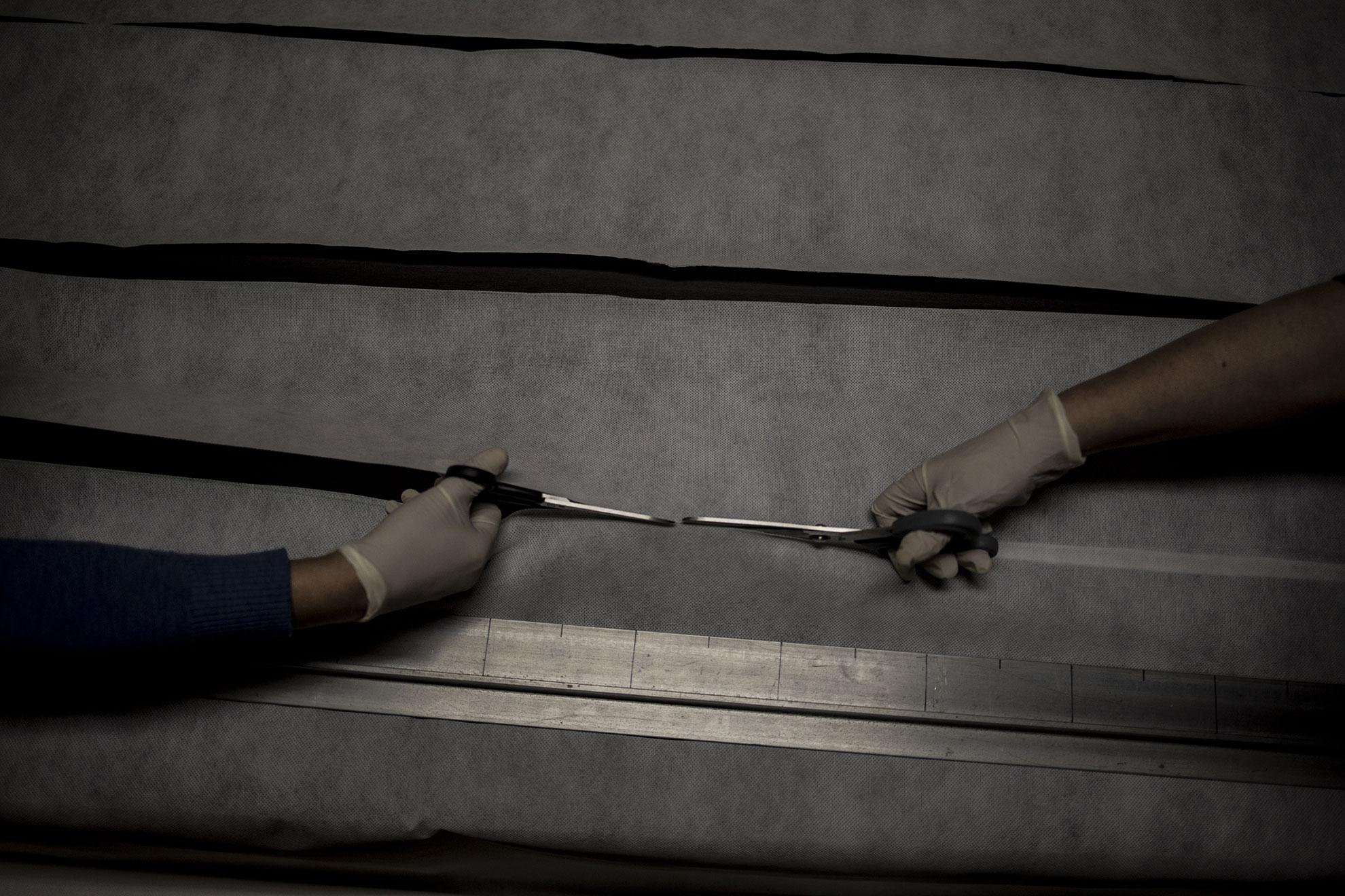 María José y Fátima cortan tela de microfibra para confeccionar mascarillas caseras en Jerez, España, el sábado 21 de marzo. Esta iniciativa popular comenzó el día anterior con una producción de 300 mascarillas que serán donadas a colectivos y personas necesitadas.