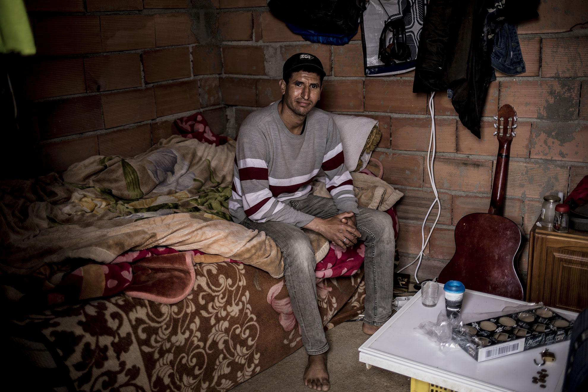"""Jawad es Marroquí y tiene 38 años, vive en un asentamiento chabolista en Almería desde hace un año. Se considera afortunado porque tiene una chabola de ladrillo que no comparte con nadie, su pequeño espacio personal al que no dudó en invitarme. Dentro me enseña que casi no tiene comida, hay días que solo toma té para engañar al hambre, desde el comienzo del estado de alarma que le impide desplazarse a los invernaderos. Me comenta que viajó a Libia, allí lo arrestaron, su gesto cambia, le inunda la tristeza: """"Libia no bueno"""", dice. Luego me pide que abra Facebook en mi móvil y busque su perfil para ver el vídeo del momento en el que la Guardia Costera Italiana se dispone a rescatar su patera y esta vuelca dejando a todos en el agua, """"yo se nadar"""", me dice, """"otros...""""."""