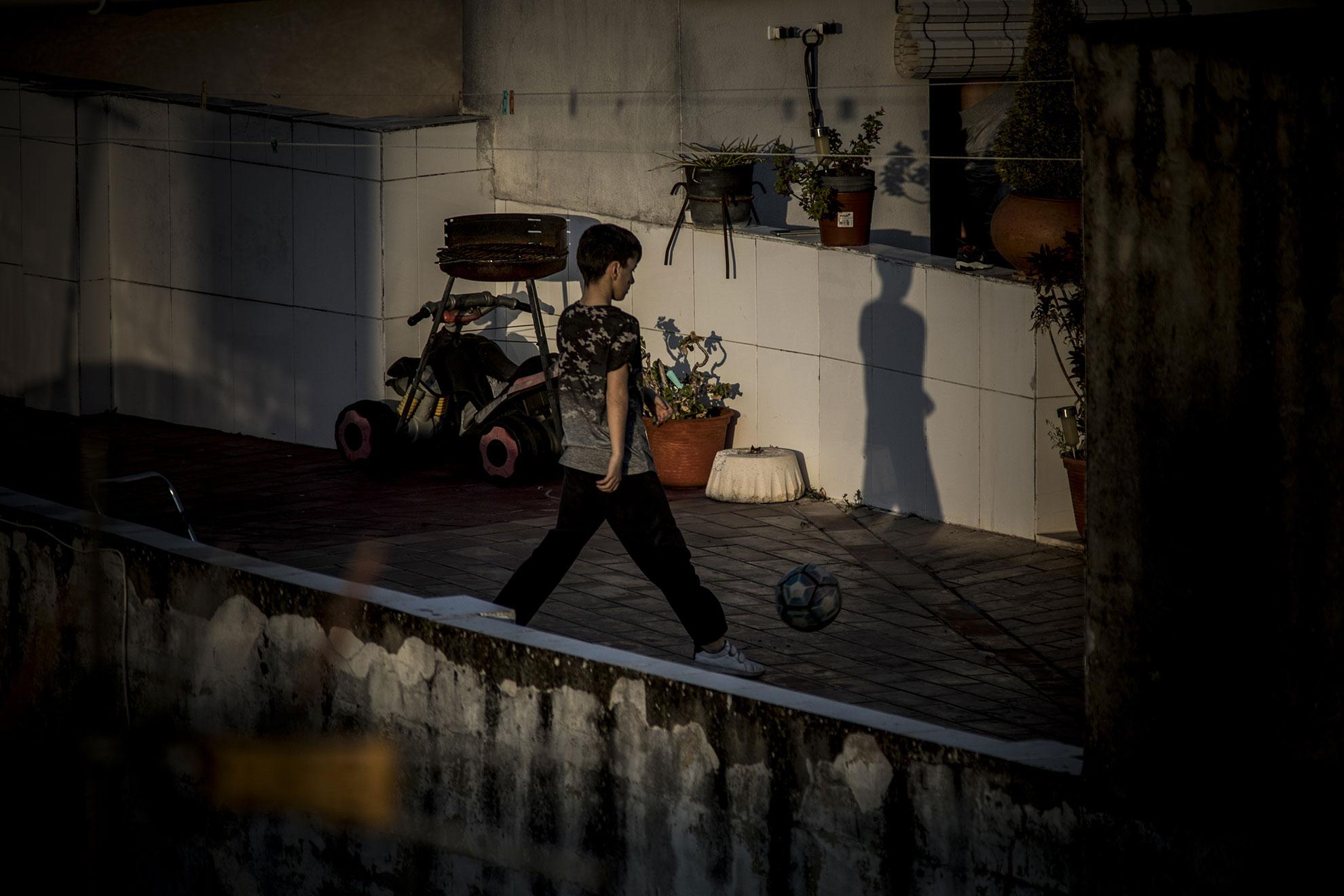 Las azoteas, terrazas o patios se han convertido en lugares de juegos para los niños tras 15 días de confinamiento domiciliario.