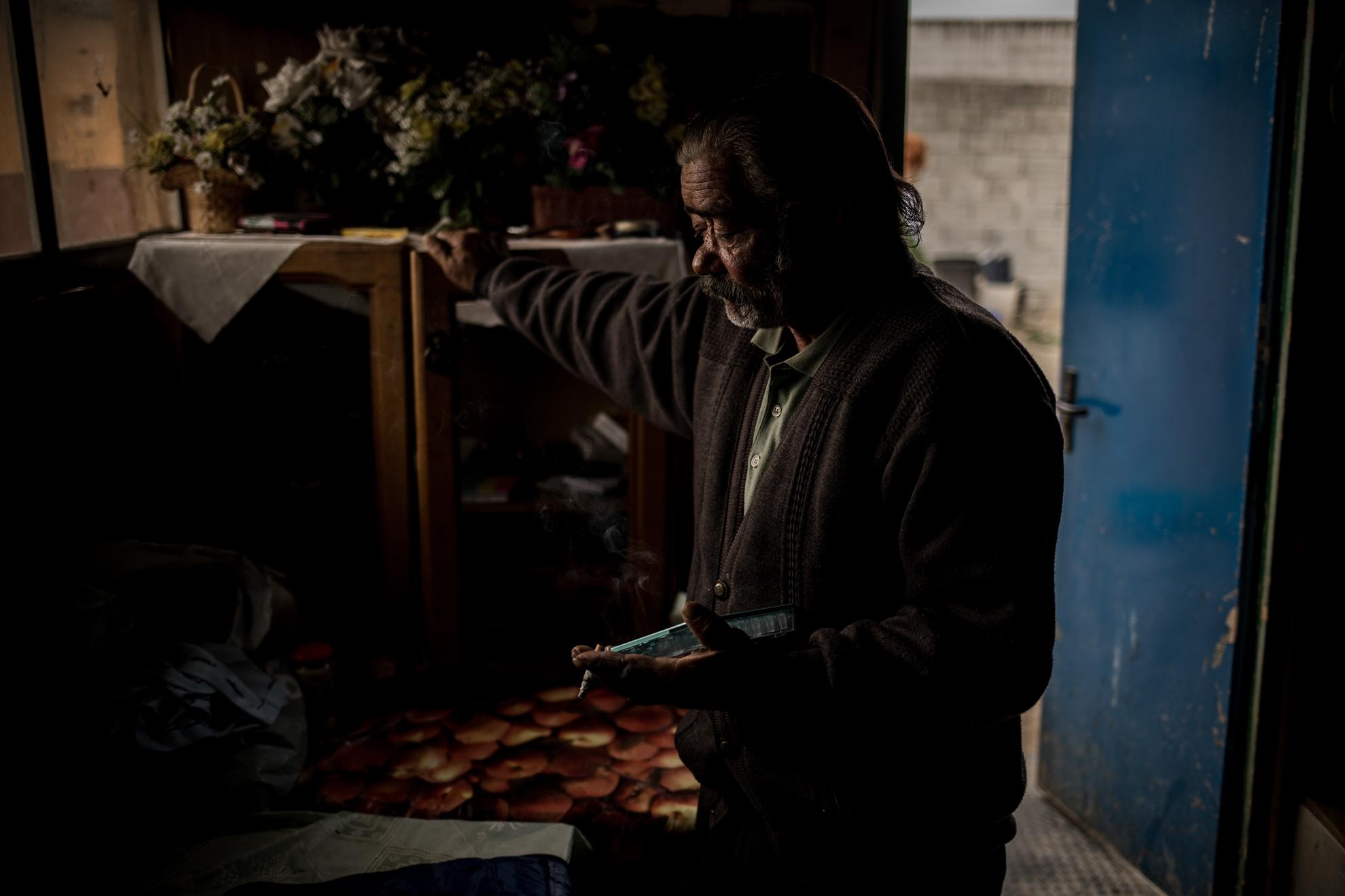 Los grupos de personas más desfavorecidas son termómetro evidente de la crisis económica que viene asociada con la pandemia por COVID-19. Adoleciendo de manera temprana la falta de ingresos y, en consecuencia, la falta de bienes básicos de subsistencia. En la Imagen: Radu Rostas, de 54 años, originario de Rumanía en el interior de la chabola donde vive en Granada.