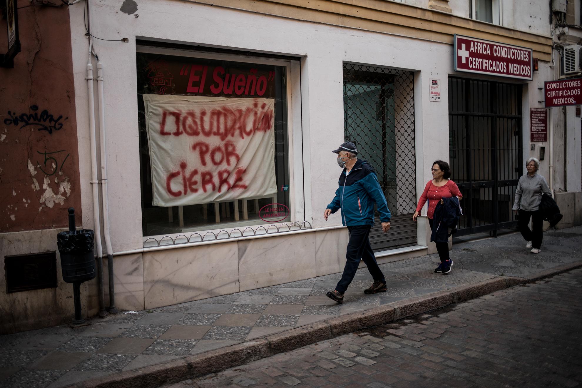 La crisis económica resultado de la pandemia por COVID-19 ha llegado con efectos devastadores para la economía. En la ciudad de Jerez, con unos de los mayores índices de desempleo en España, el impacto es notable. Un negocio cerrado en la céntrica Calle Honda, tradicionalmente lugar de compras, hace recordar tiempos pasados de la crisis económica anterior. En dicha calle el número de locales comerciales cerrados llega a la decena, casi la mitad.