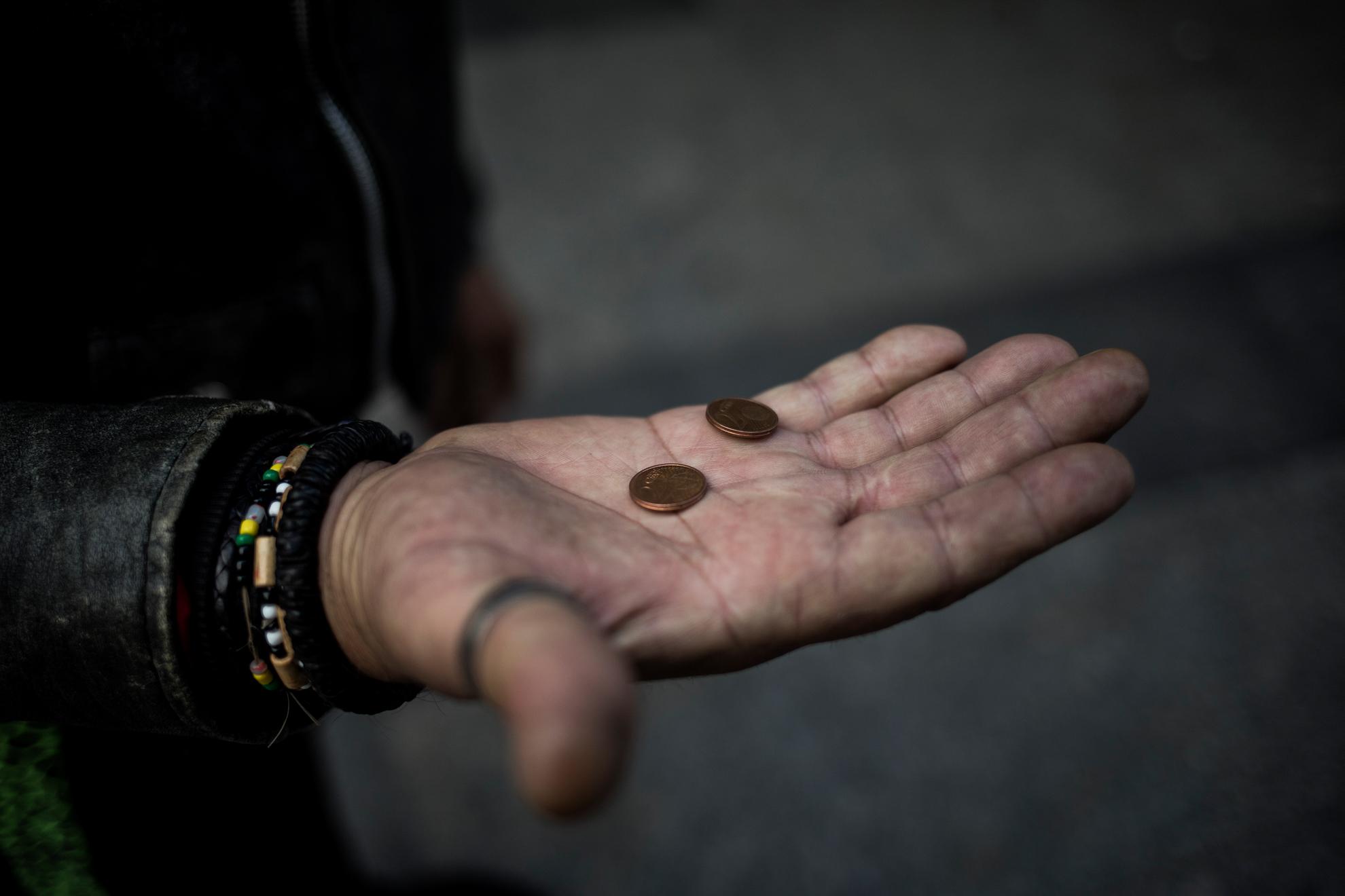 """Dos céntimos es el capital con el que Juan Ortega """"El Vasco"""", de 54 años, afronta el día. Antes del estado de alarma ocupaba un lugar en el centro de Almería, frente a un hipermercado, donde pasaba el día y recibía ayuda de los vecinos. Esa situación ha cambiado, no le permiten estar en la calle y no consigue comida o limosna para sobrevivir. Tampoco puede acceder al Centro Municipal de Acogida, que está al borde de su capacidad, y duerme en la calle cada noche."""