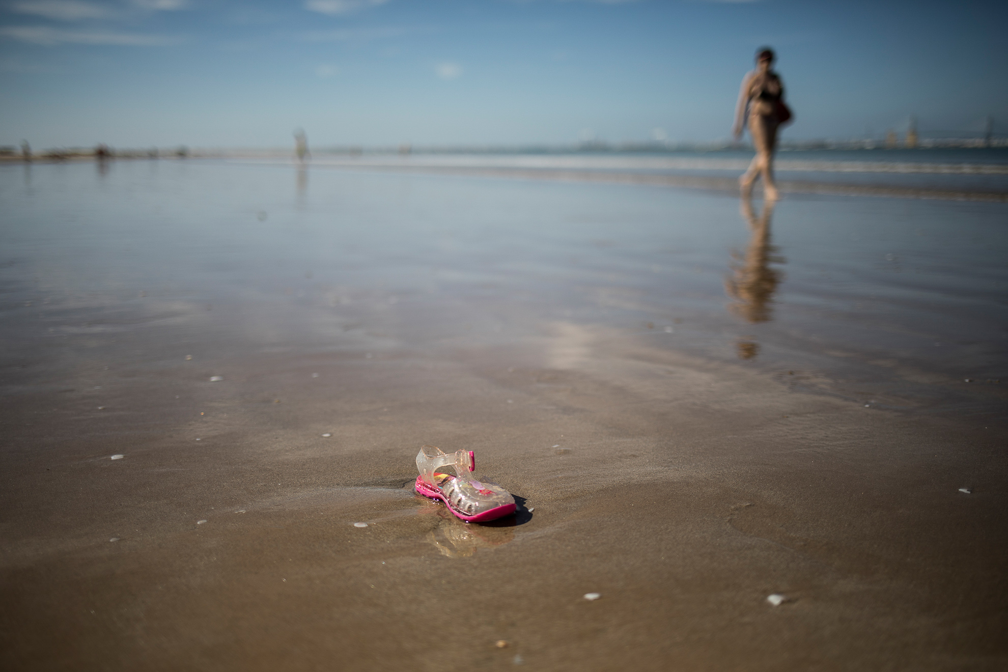 Together with the start of Phase 2 of the pandemic de-escalation plan and the opening of beaches to bathing, the waste left by people returns to the sea. In the image, a plastic shoe returned by the sea at a beach in Cádiz.