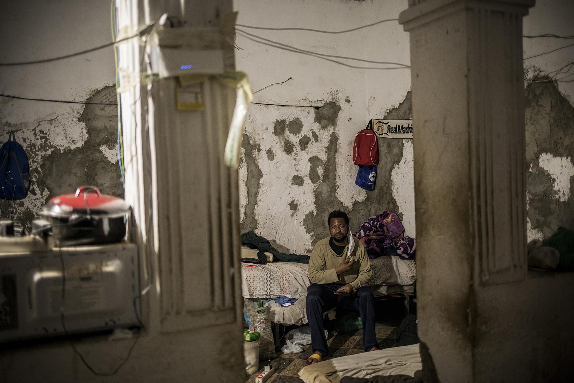 Kwesi Baah, de 32 años y procedente de Malí, llegó a España en un bote cruzando el mar Mediterráneo. En 2014 sufrió un accidente viajando al trabajo en su bicicleta y no ha podido trabajar desde entonces. Vive en una casa abandonada en Níjar que comparte con otras ocho personas que durante el confinamiento no han podido trabajar.