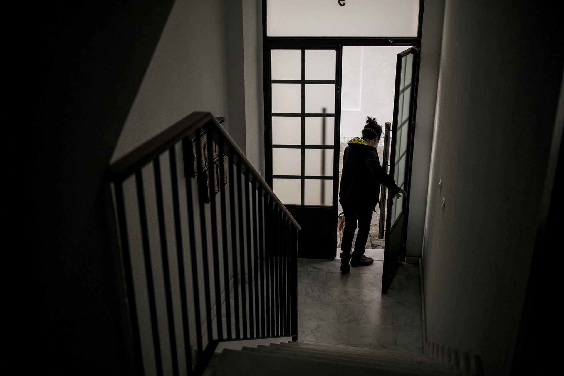 """El regreso a la normalidad no es igual de fácil para todas las personas: algunas tienen miedo a salir de casa por la posibilidad de contraer la enfermedad. El llamado """"síndrome de la cabaña"""" afecta a muchas personas tras el confinamiento. No está reconocido como enfermedad mental, pero lo cierto es que son muchos los que prefieren no salir de casa para minimizar el riesgo de contagio."""