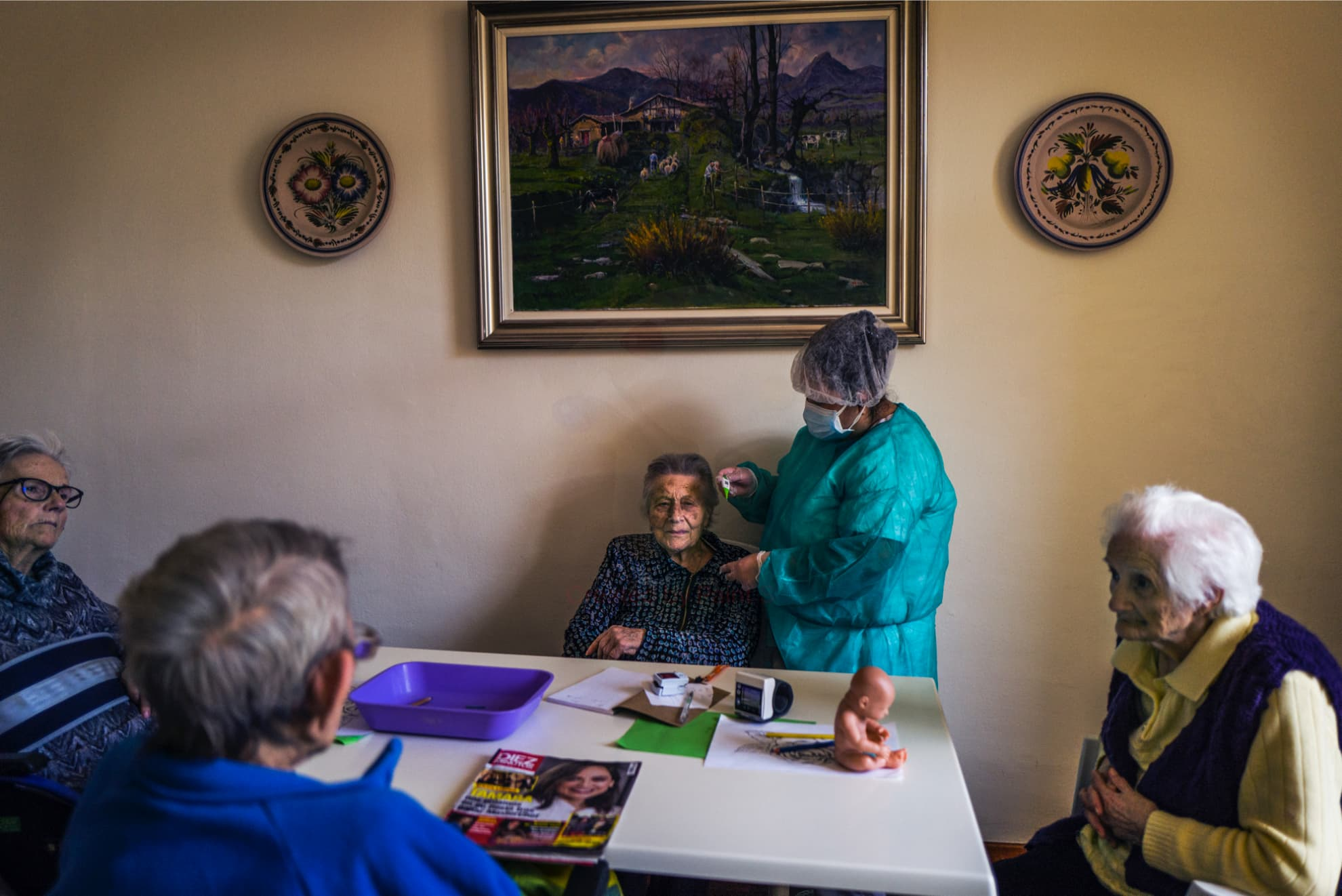 Abuel@s. Memoria. ¿Por qué estamos sol@s? | Una auxiliar de la residencia de ancianos monitorea la temperatura a las abuelas. Barcelona.