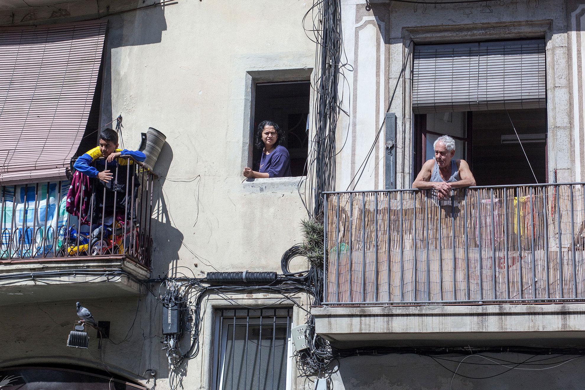 Algunas personas frente a las ventanas y balcones de Barcelona, España, 2020. Para la mayoría de las personas, el nuevo coronavirus causa solo síntomas leves o moderados. Para algunos, puede causar enfermedades más graves, especialmente en adultos mayores y personas con problemas de salud existentes, el gobierno español declaró el estado de alerta y confinamiento en el hogar debido al brote de COVID19 el viernes 13.