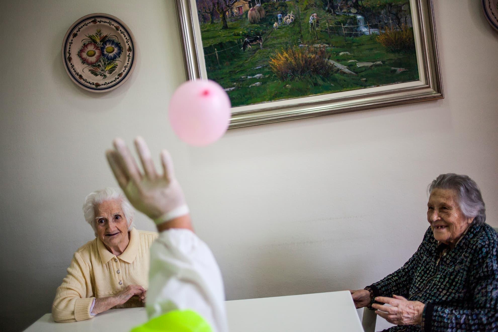 """Fisioterapeuta jugando con globos para que las abuelas hagan ejercicio físico en la residencia . Abuel@s ! Memoria ! Por qué estamos solos ! Solas ! Hoy hable con mi madre, sobre el trabajo en el que estoy , y en relación al cuidado de los demás .. y me dijo !, """"Aclaro que yo no soy creyente, ella lo es ! """" ... """"El residente o forastero que reside [...] con ustedes debe llegar a serles como uno más ; y tienes que amarlo como a ti mismo, porque ustedes llegaron a ser residentes forasteros en la tierra donde estamos"""". Por consiguiente, tienes que tratar con amor hasta a quienes no te lo den , sobre todo a los que acaban de llegar . En una residencia de Barcelona."""