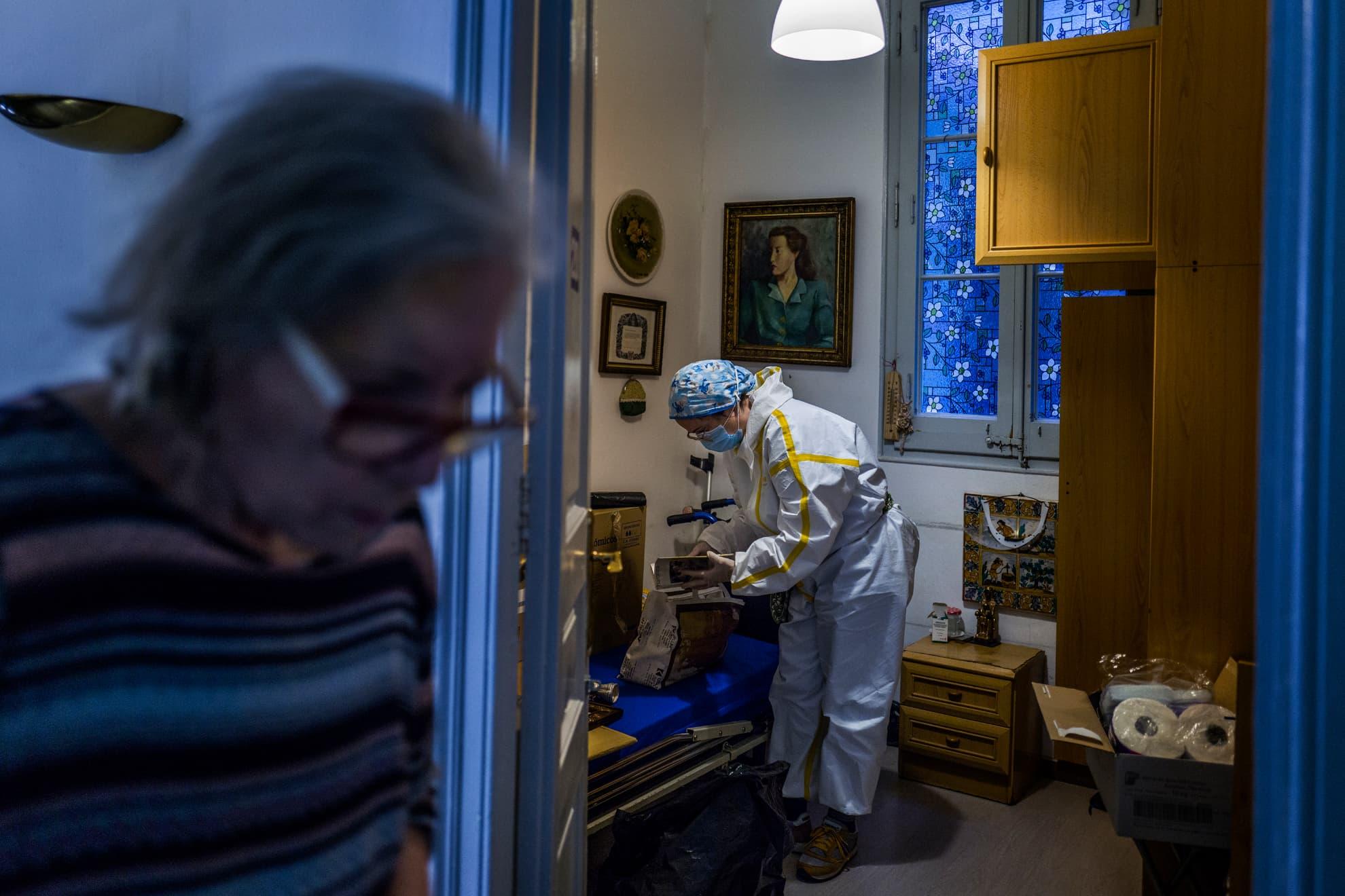 María ordena las cosas que tenía Monserrat para enviárselas a su familia. En una residencia de Barcelona. //¡Abuel@s! ¡Memoria! ¿Por qué estamos solos? ¡Solos!