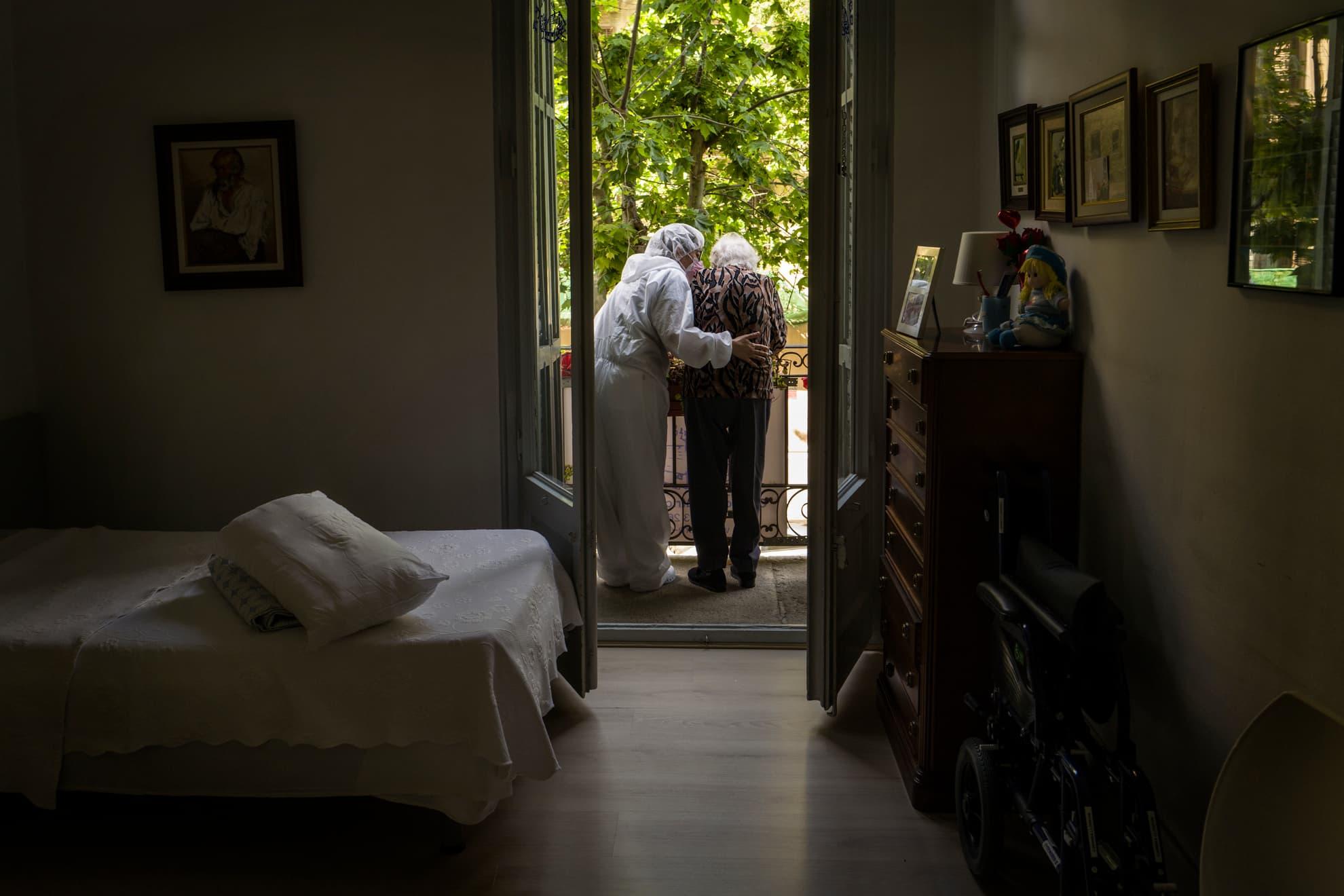 La señora Carmina se comunica con su hija a través del balcón. Su hija se encuentra en la calle, pero en estos momentos es muy gratificante poder ver y comunicarte con tus seres queridos. Centro Geriátrico Gure Etxea, Barcelona.