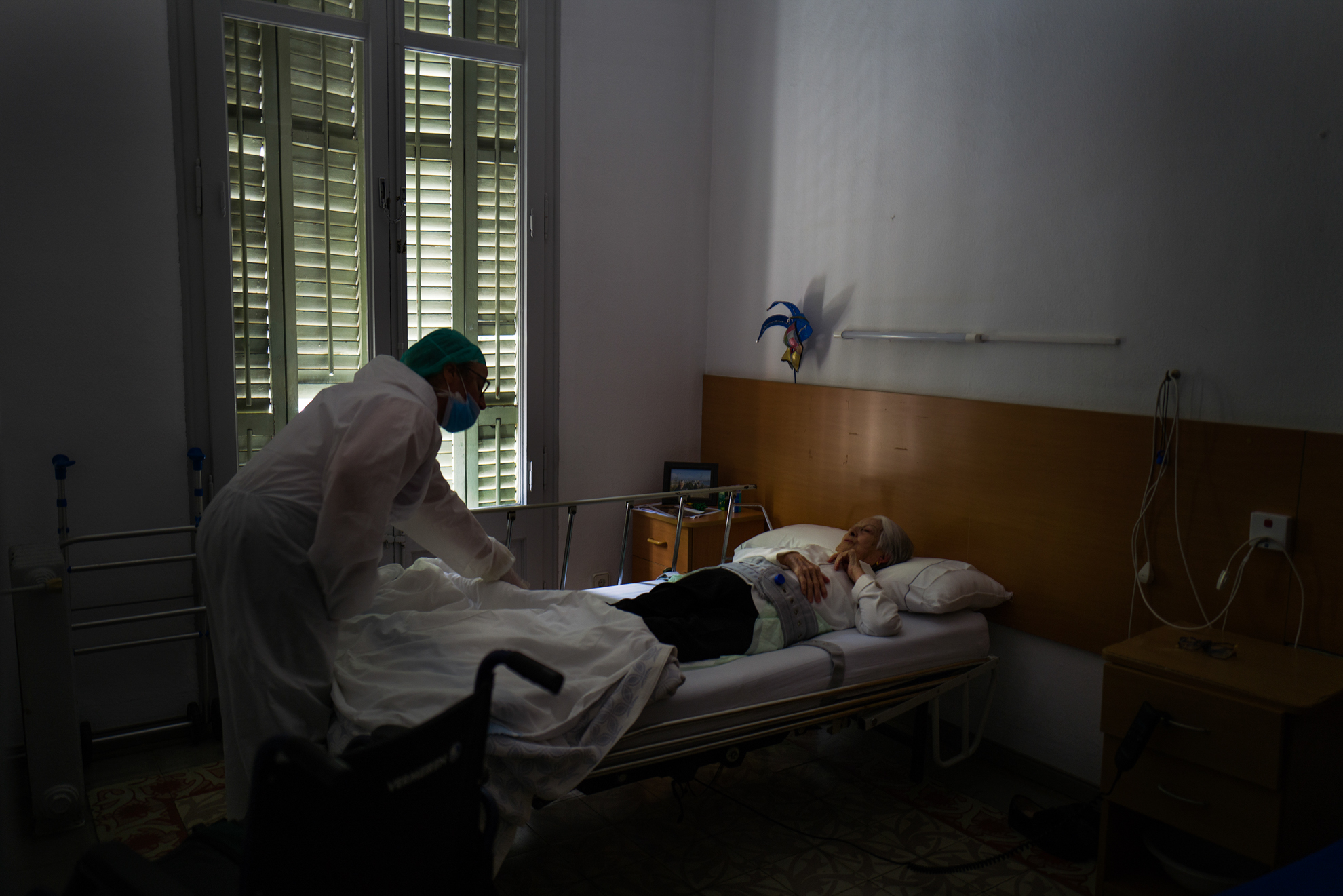 Cuidar de los queridos mayores, cuando tal vez su salud sea delicada, puede ser una experiencia muy difícil de gestionar y rara, aún siendo gratificante y frustrante a la vez. La forma en que los profesionales cuidan a los mayores, me sorprendió siempre. Una de las cuidadoras del Centre Geriàtric Gure-Etxea habla con una abuela en su habitación después de despertarla de la siesta.