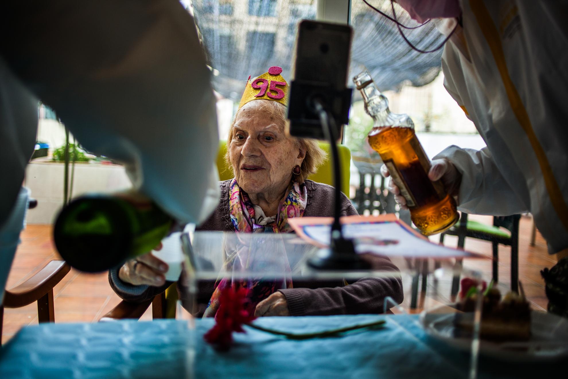¡Feliz cumpleaños Teresa! Hoy fue un día especial en la residencia Centro Geriàtric Gure-Etxea, la señora Teresa ha cumplido 95 primaveras; disfrutó todo el equipo de un rato de felicidad. En todo momento la luz invade a las sombras.