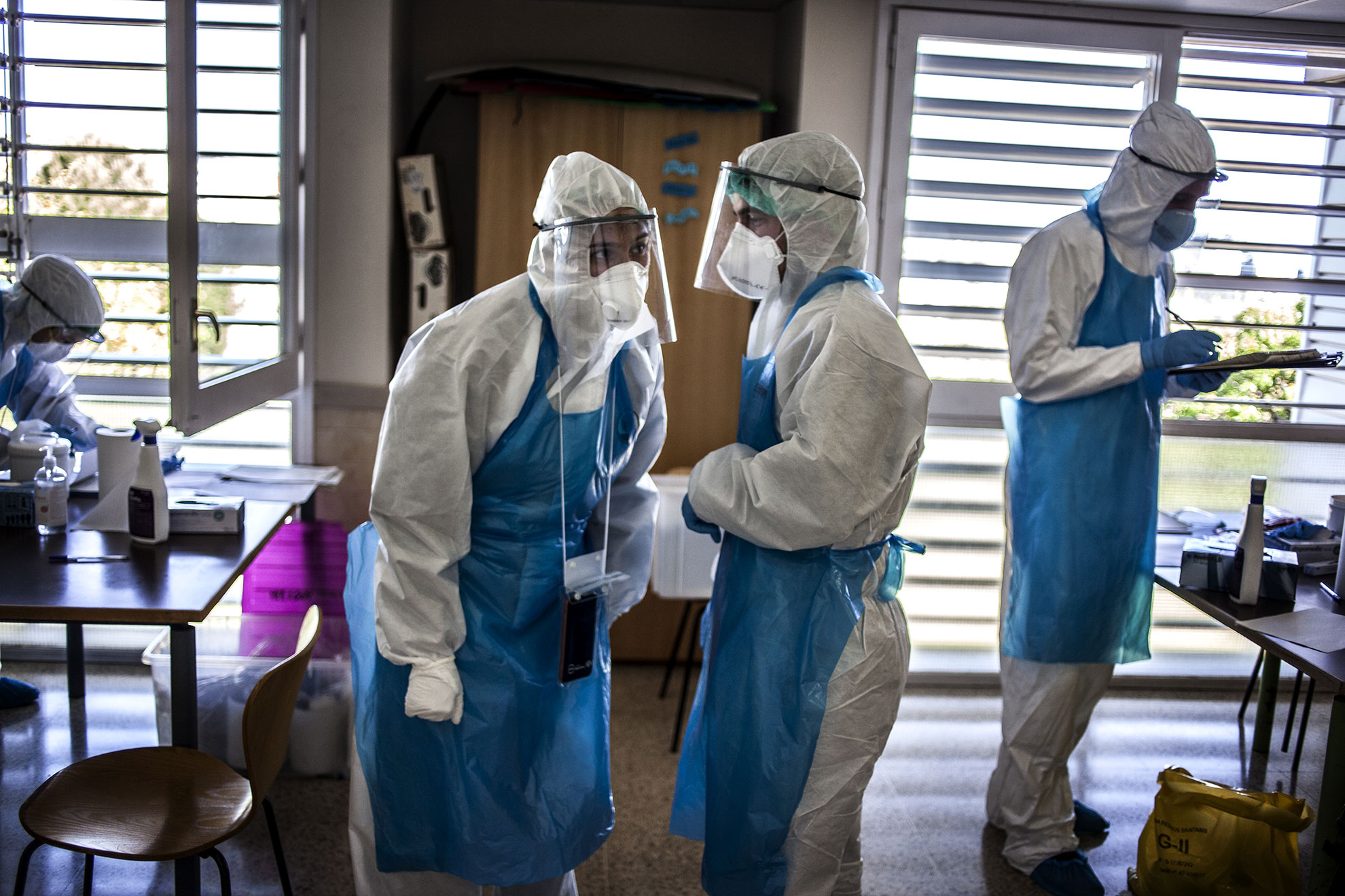 Los voluntarios de la ONG @proactivaopenarms se preparan para realizan pruebas de emergencia para determinar si existe un posible brote de la pandemia de la enfermedad COVID-19 entre pacientes en un hogar de ancianos en Barcelona, noreste de España, abril de 2020. A pesar de que casi todos los países adoptan medidas específicas para proteger la enfermería y las casas de retiro de la actual pandemia de la enfermedad COVID-19 causada por el coronavirus SARS-CoV-2, se han convertido en uno de los principales focos de infección, y sus residentes de edad avanzada constituyen un grupo de riesgo que es especialmente vulnerable a la enfermedad. propagación devastadora del virus.