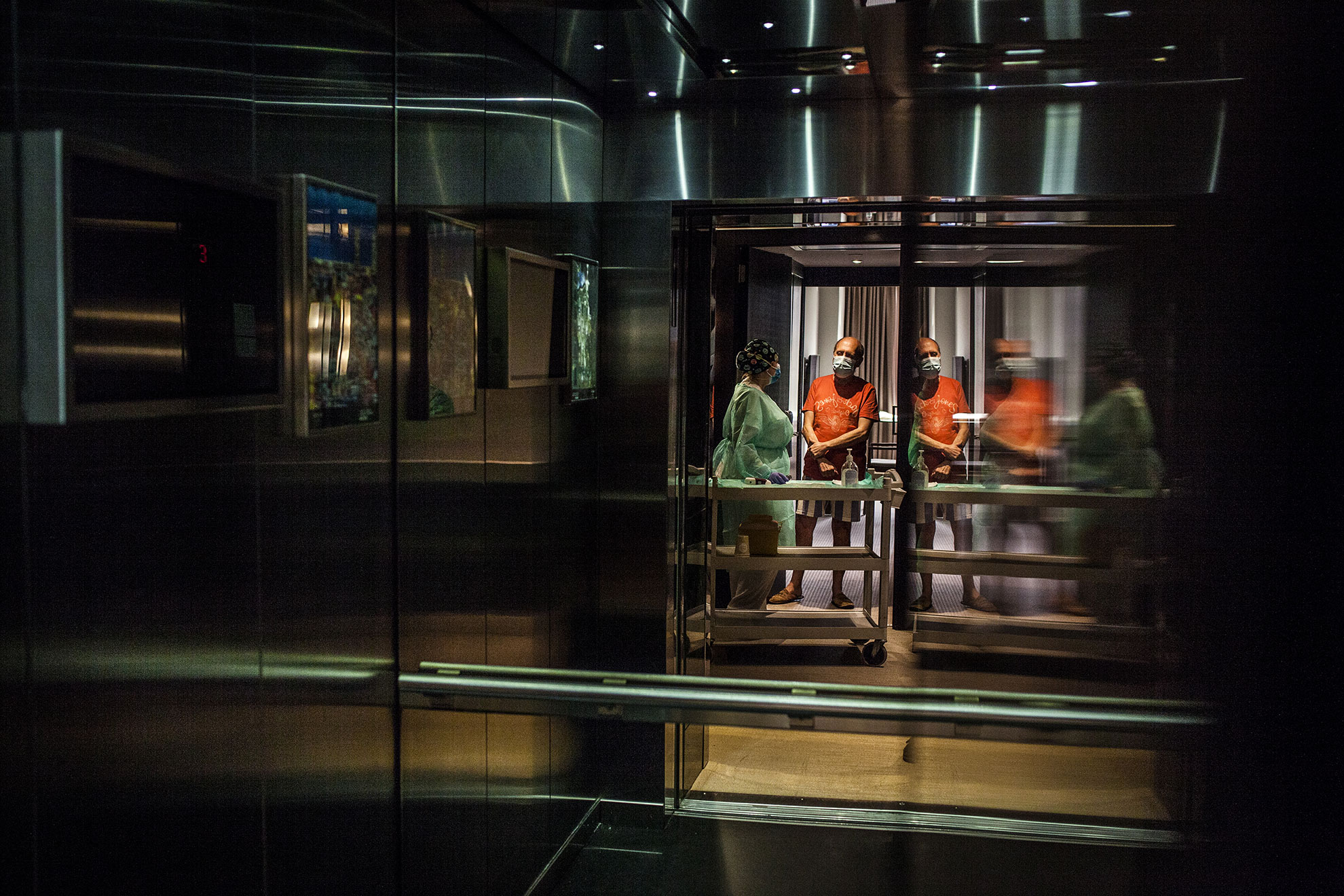 Enfermera de la atención primaria de Barcelona del ICS (Instituto Catalán de la Salud) después de tomarle la temperatura a un paciente enfermo de Covidien-19 hospedado en el Hotel Melià de Barcelona. Pacientes enfermos de Covid-19 dados de alta hospitalaria han sido trasladados a diferentes hoteles de Barcelona, entre ellos el Hotel Melià, para pasar dos semanas de confinamiento, antes de poder volver a casa. Una vez llegan, personal sanitario y del hotel hacen la acogida y toma de temperatura antes de asignarles una habitación.