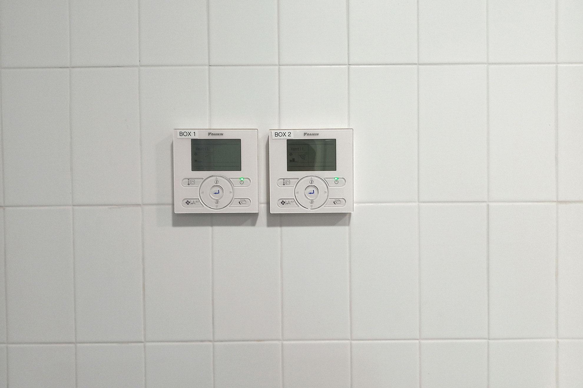 Regulador de temperatura ambiente del BOX 1 y 2 de la sala de urgencia de un hospital del barrio barcelones del raval, Barcelona, Cataluña, España, el lunes 16 de marzo. El gobierno español declaró el estado de alerta debido al brote de COVID19 el viernes 13.