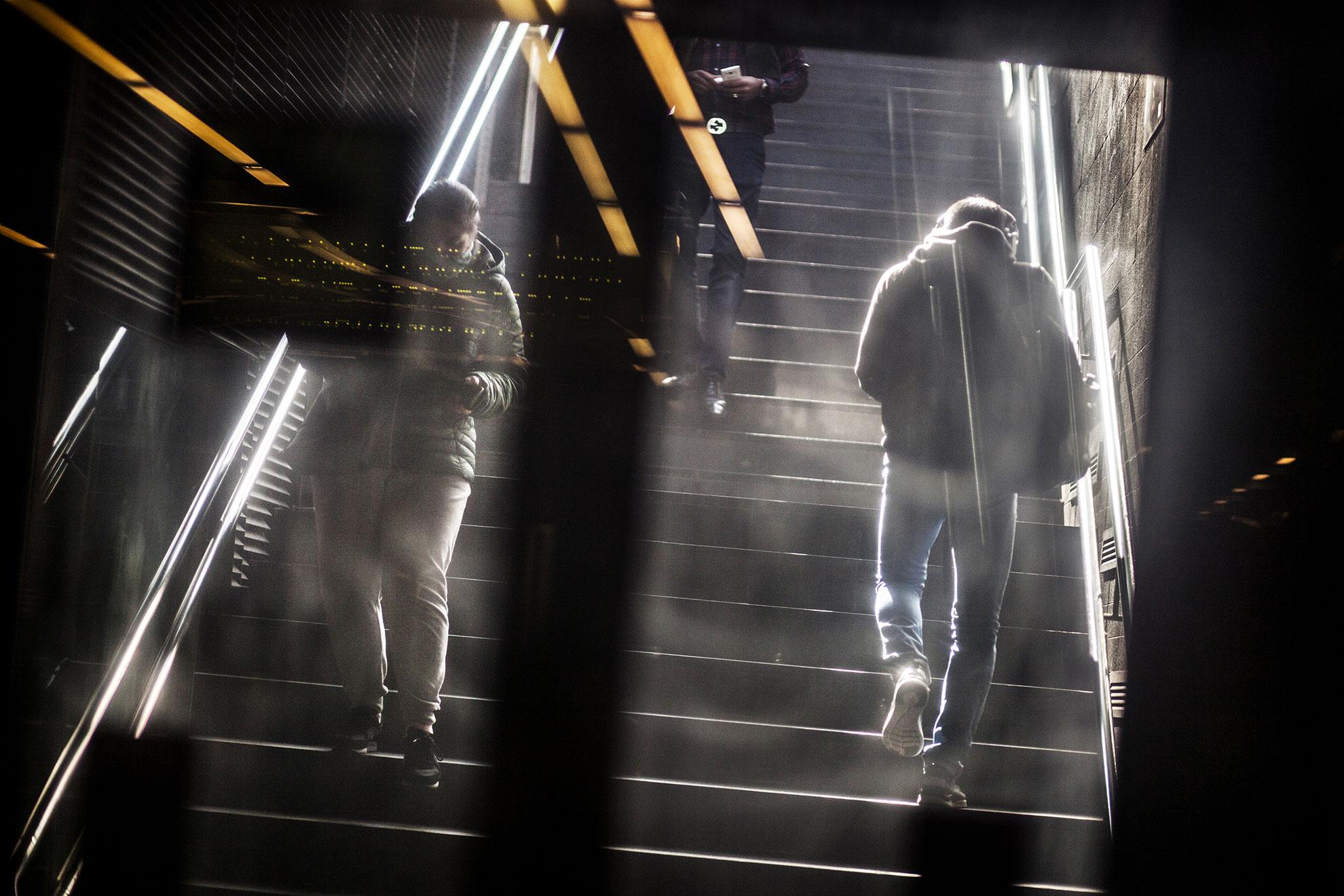 Personas entrando y saliendo del metro de Barcelona el día jueves 19. Barcelona, España, en marzo del 2020. El gobierno español declaró el estado de alerta y confinamiento en el hogar debido al brote de COVID19 el viernes 13. Barcelona se enfrenta al quinto día de confinamiento domiciliario y distanciamiento social debido a la propagación del coronavirus.