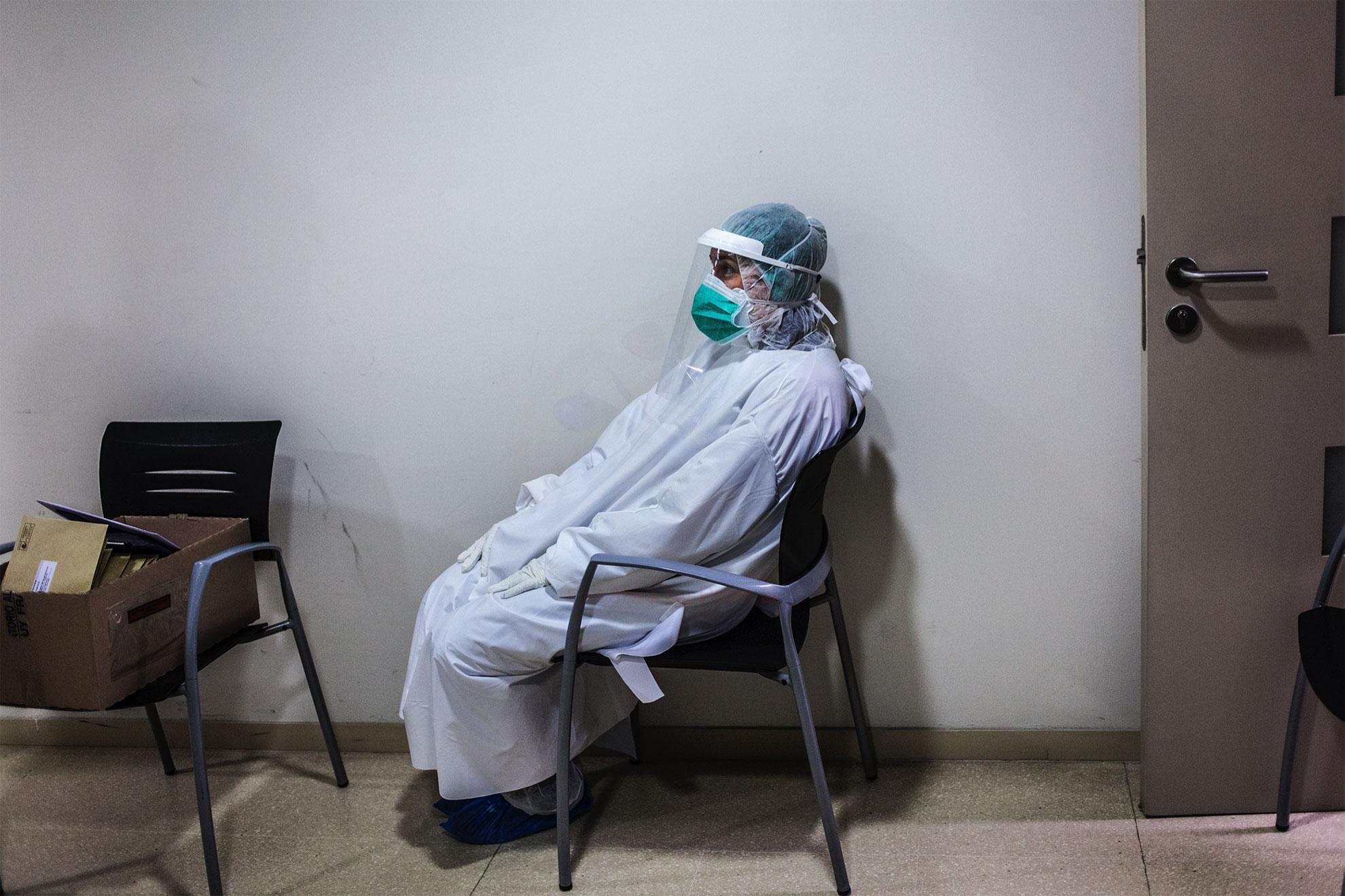 Descanso. El equipo de la ONG española Open Arms llevan a cabo pruebas de detección de coronavirus en el hogar de ancianos y en hogares privados en Cataluña, España. La iniciativa es parte de un ensayo clínico dirigido por los médicos Oriol Mitja y Bonaventura Clotet, de la Fundación Lluita contra el SIDA y el Hospital Germans Trias, centrados en reducir la transmisión del virus.