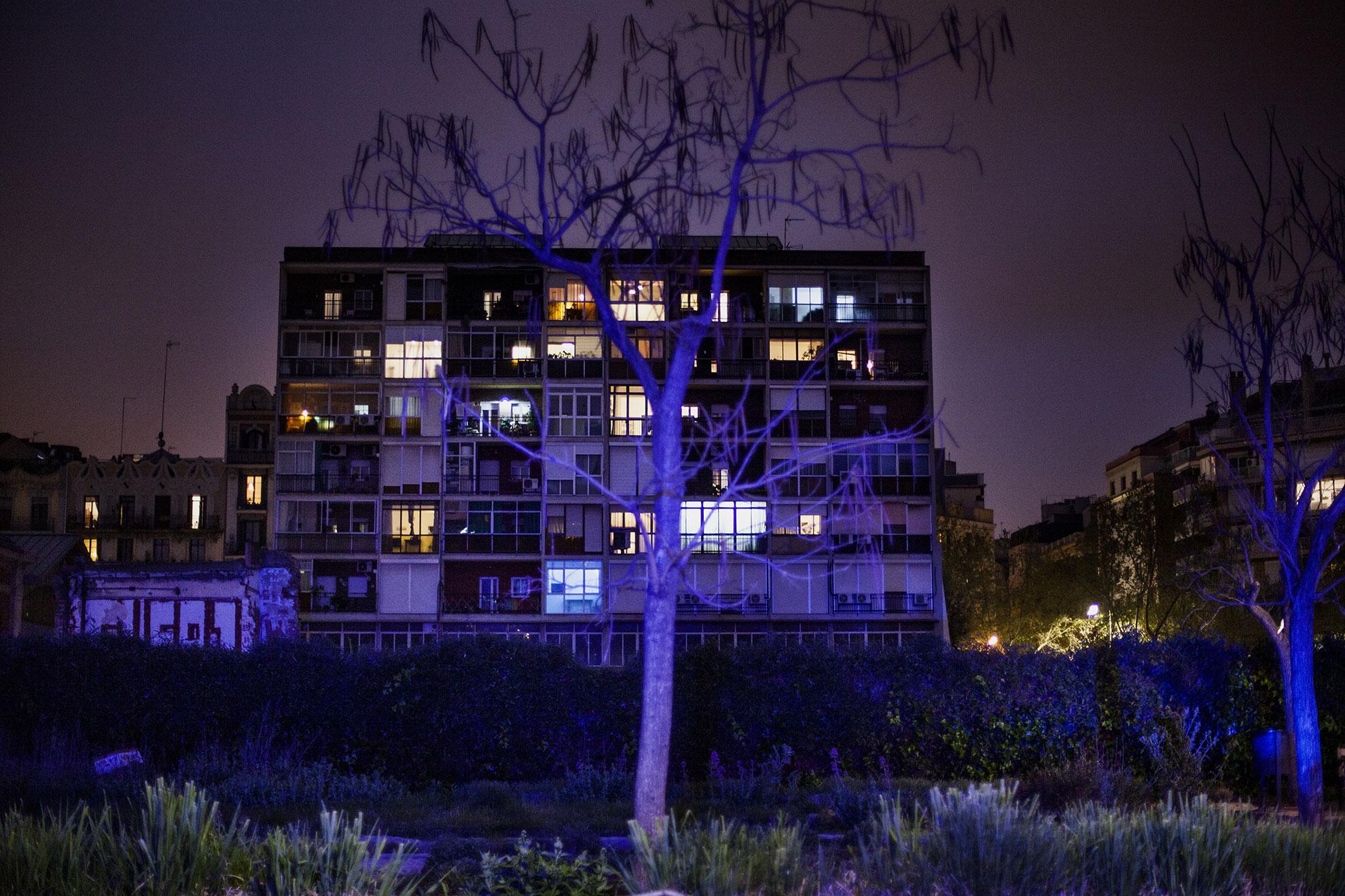 Se ve un paisaje urbano iluminado por las luces de una ambulancia cerca del Hospital Clinic durante el período de confinamiento. Barcelona enfrenta su décimo día de encierro decretado por el Gobierno de España debido a la propagación del coronavirus. Barcelona, España, en marzo del 2020. El gobierno español declaró el estado de alerta y confinamiento en el hogar debido al brote de COVID19 el viernes 13.