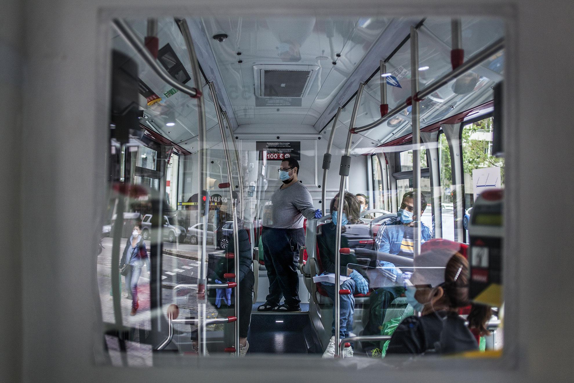 Pacientes recién llegados desde el hospital de Vall d´Hebron esperan que las enfermeras y enfermeros de la atención primaria de Barcelona, del @icscatalunya (Instituto Catalán de la Salud), les den acceso para ser recibidos en la recepción del Hotel Melià , e iniciar el protocolo de entrada a los pacientes que acaban de llegar del hospital, por de estar enfermos de Covid-19 . Y que son hospedado en el Hotel. Pacientes enfermos de Covid-19 dados de alta hospitalaria han sido trasladados a diferentes hoteles de Barcelona, entre ellos el Hotel Melià, para pasar dos semanas de confinamiento, antes de poder volver a casa. Una vez llegan, personal sanitario y del hotel hacen la acogida y toma de temperatura antes de asignarles una habitación.