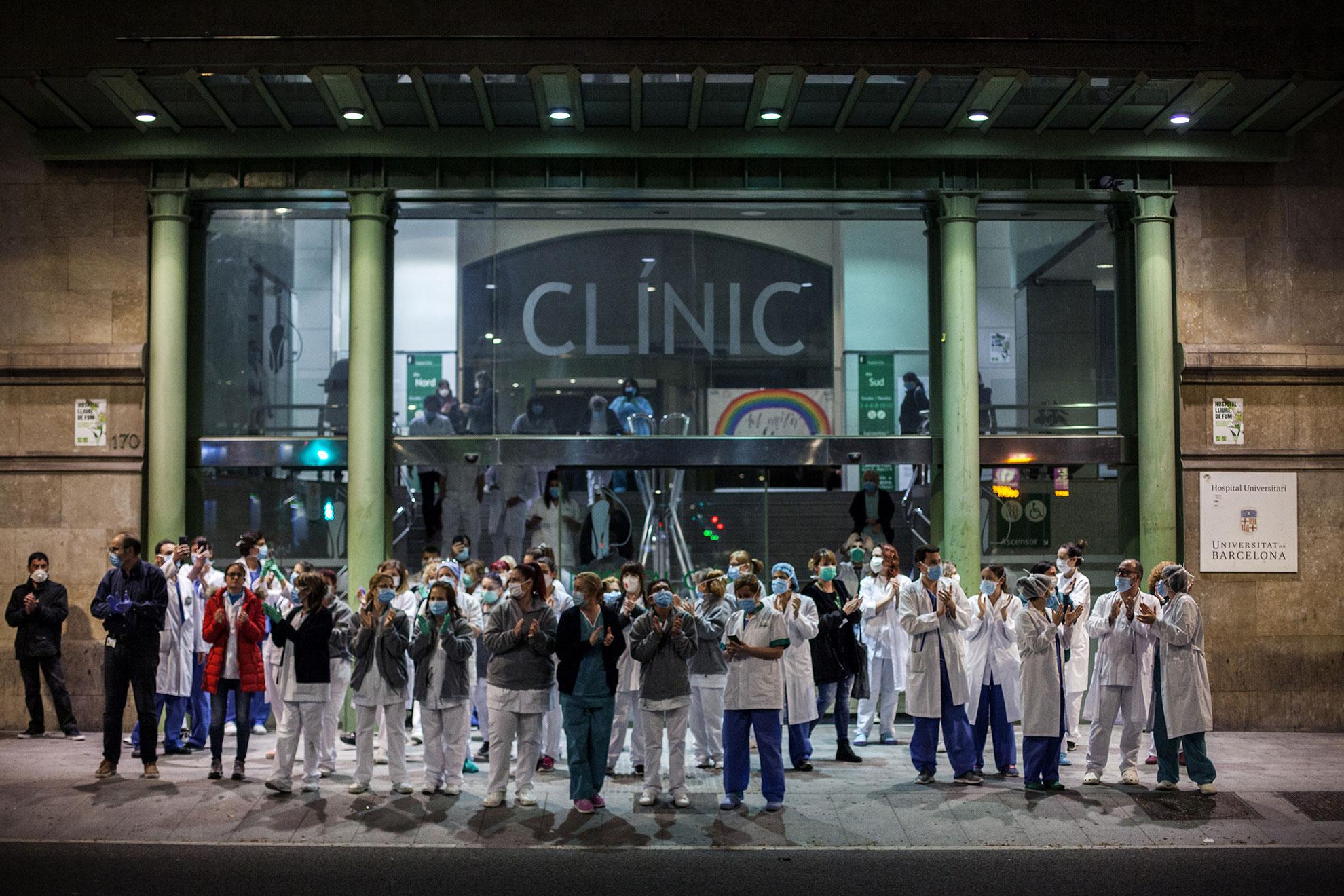Los trabajadores y trabajadoras de salud del Hospital Clínico salen a la calle y aplauden a los ciudadanos que les muestran gratitud desde la calle y desde sus balcones y ventanas, durante el brote de la enfermedad por coronavirus, en Barcelona, España. El número de casos de COVID-19 en España ha aumentado en casi 8,000 en las últimas 24 horas, llegando a 47,610, y el número de muertes aumentó en más de 700 a 3,434 y ahora es más alto que en China, según el Ministerio de Salud nacional.