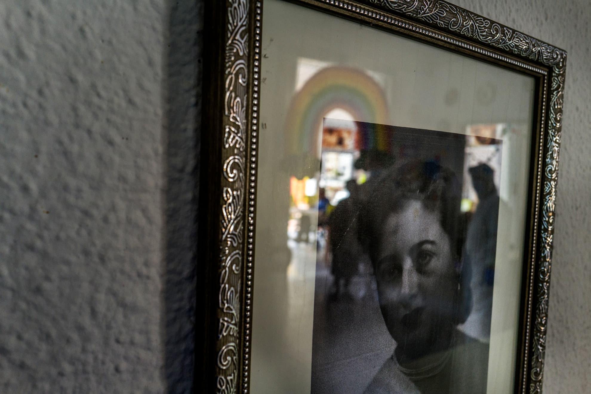 Abuel@s. Memoria. ¿Por qué estamos solos? ¿Solas? Retrato colgado en la pared de una residencia de abuelos. Barcelona.